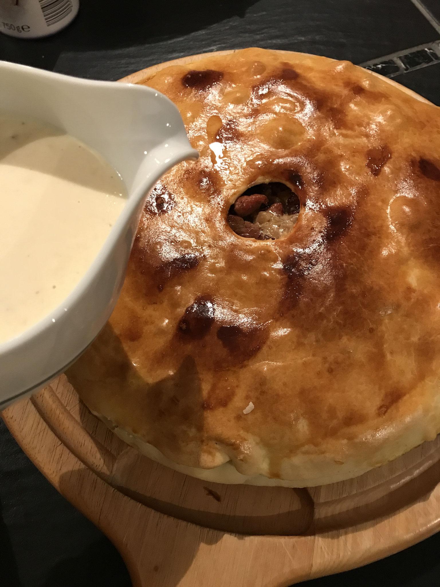 *Variantes : (1) la Gouline accompagné de la sauce au fromage, (2) mettre la sauce sur les rillauds avant cuisson et couvrir avec la deuxième pâte