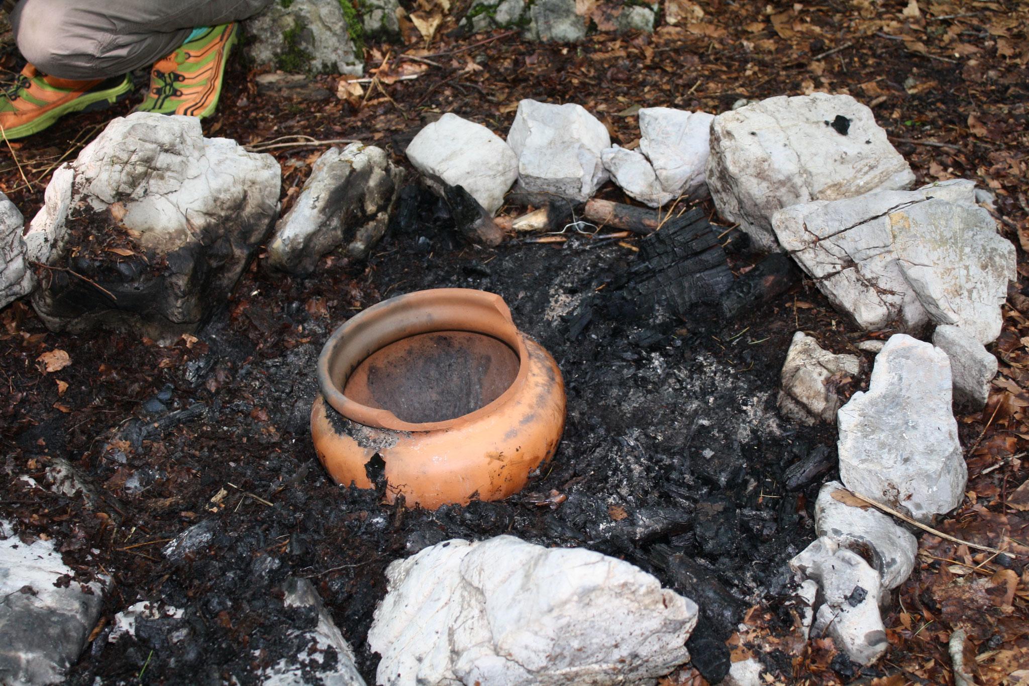 Birkenpech über dem Feuer herstellen...
