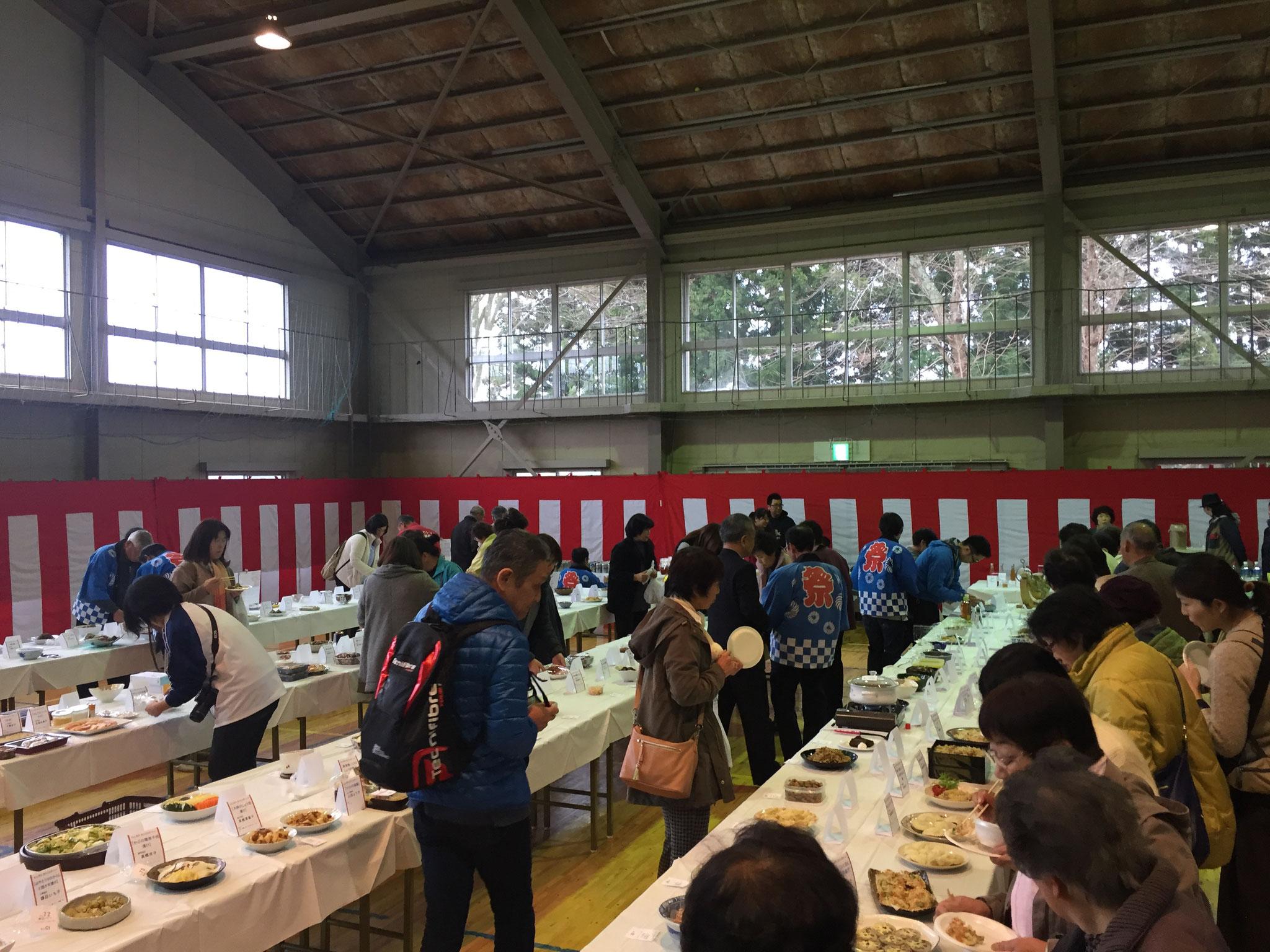 100人近いお母さんたちが作った、新田地区の家庭料理が、ずらりと並びました。その数、なんと180点以上!