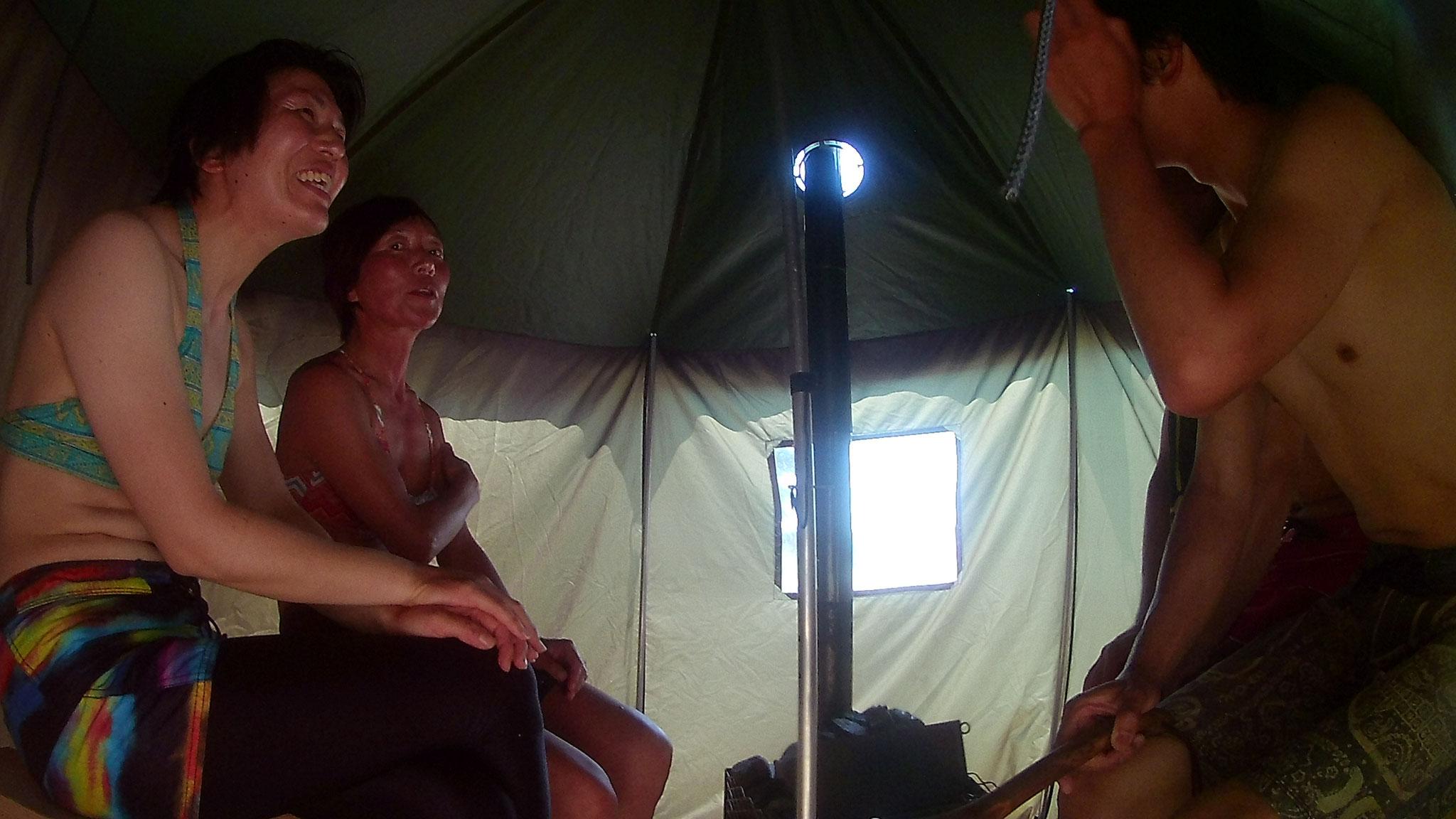 お腹も少し満たされたところでサウナin!テントと言っても温度は80度くらいあります。