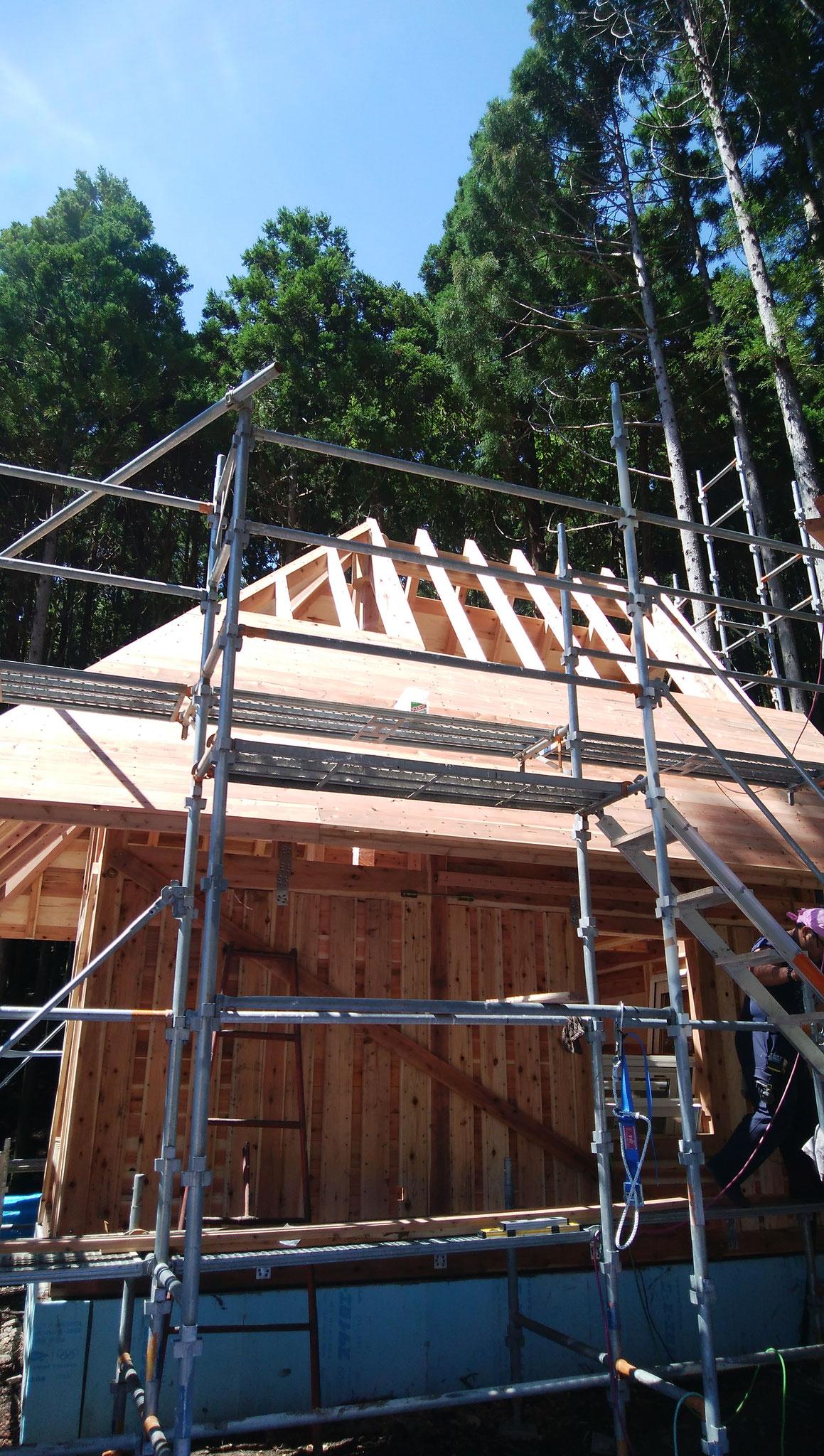 屋根下地貼り。