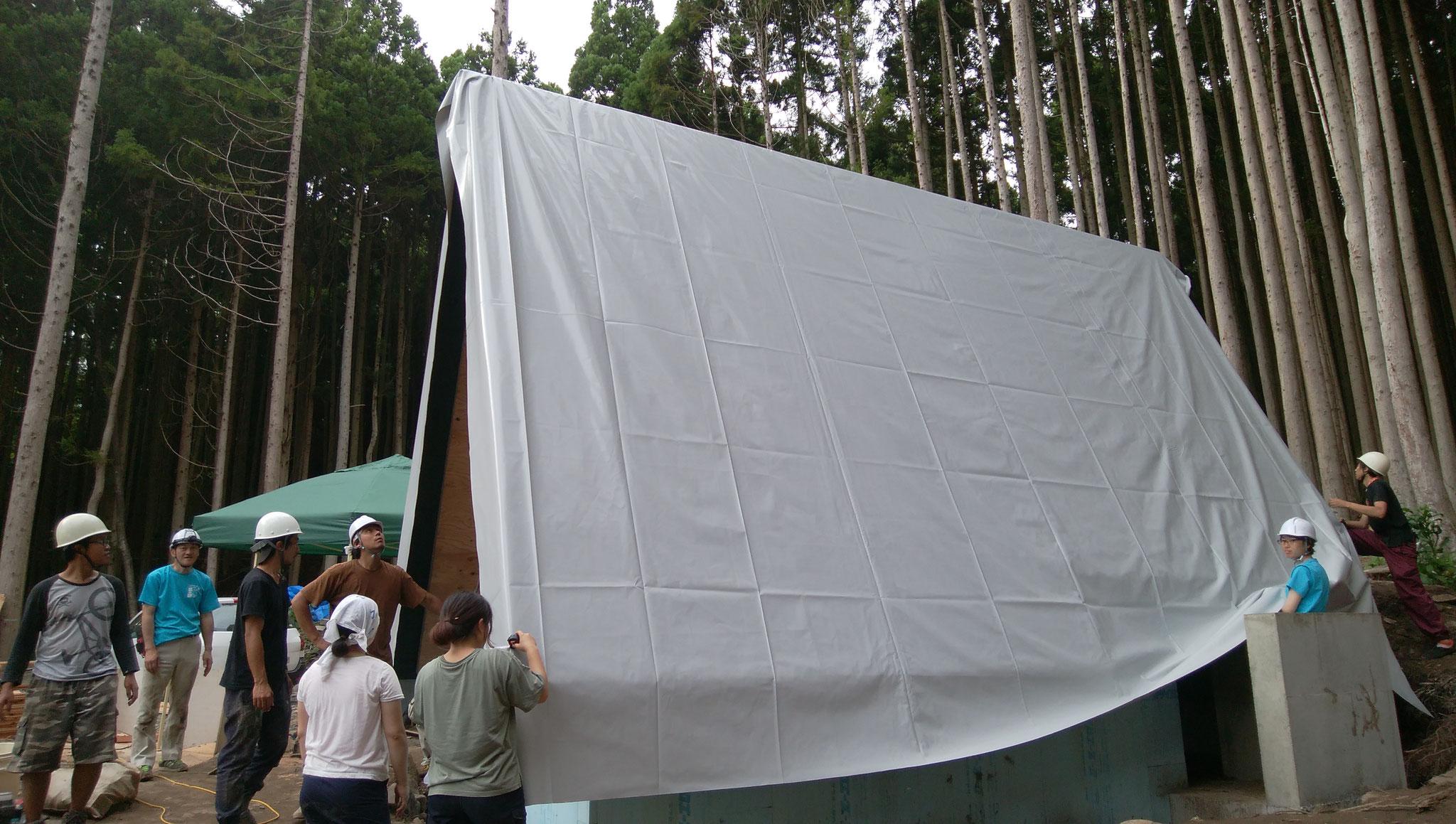 特注のテント幕を掛けたら、テントをモチーフにしたタイニーハウスの出来上がり。