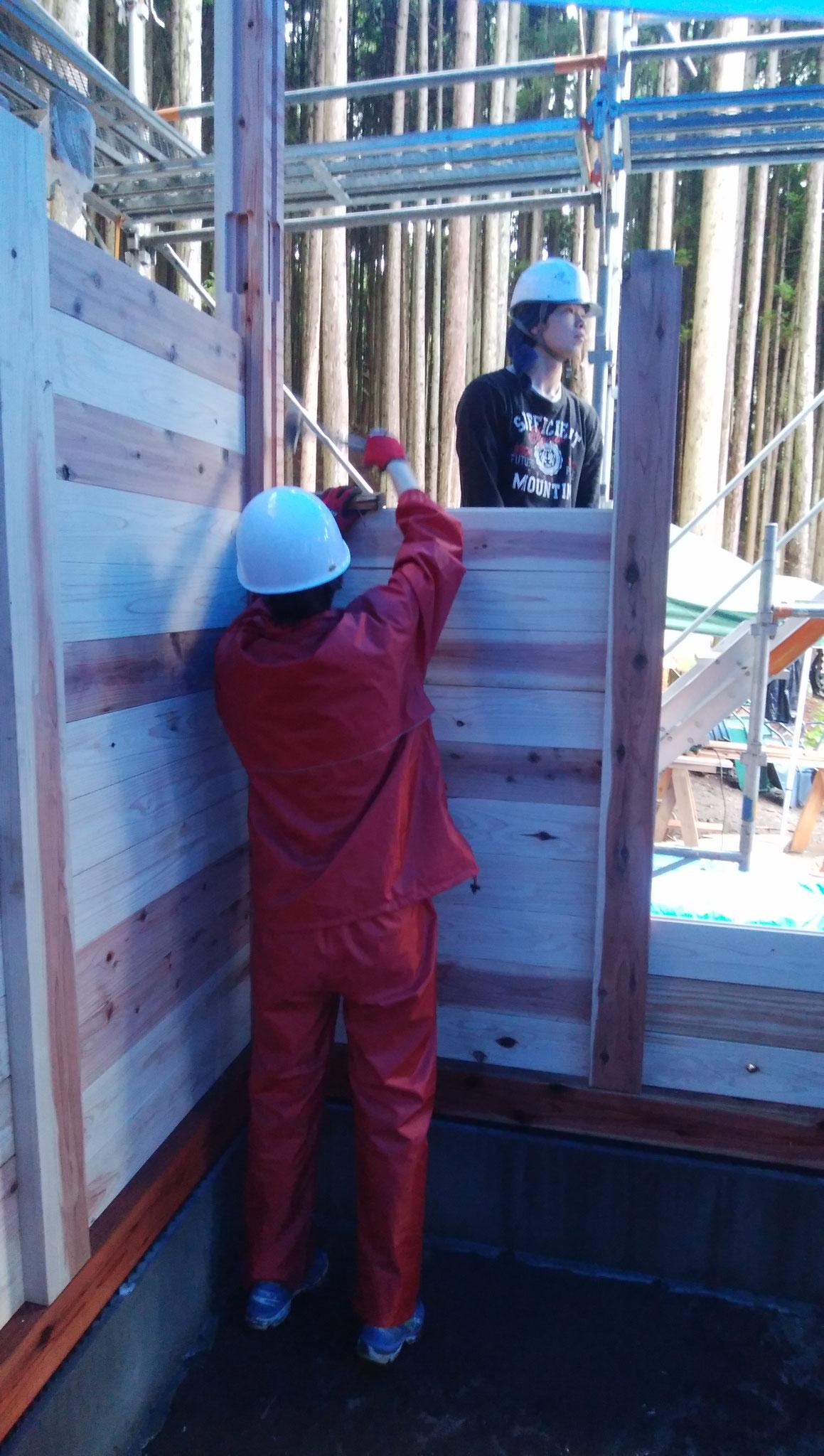 柱には溝が彫ってあり、板を差し込むことで内壁・外壁が一気に仕上がります。