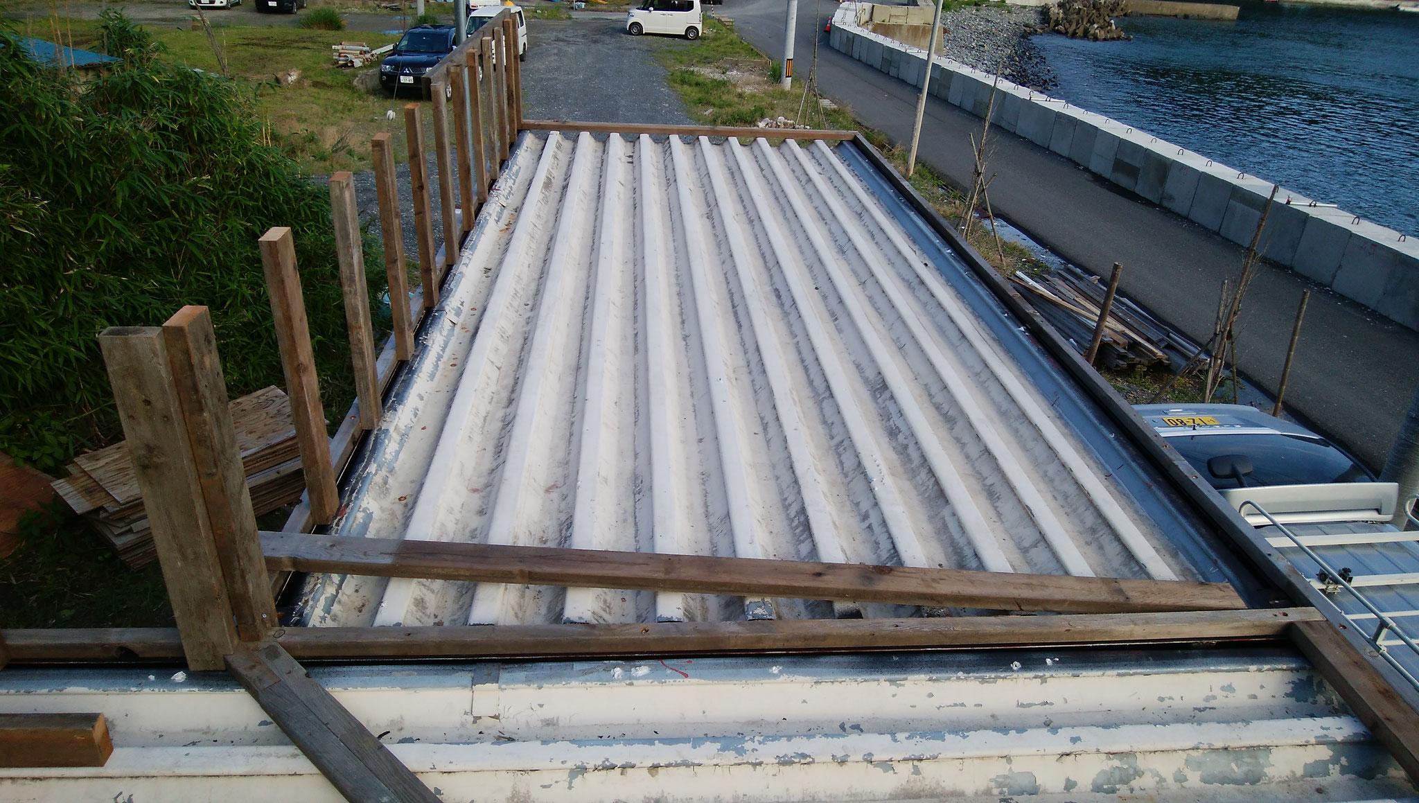解体してもらってきたウッドデッキ材を屋根下地に再利用。