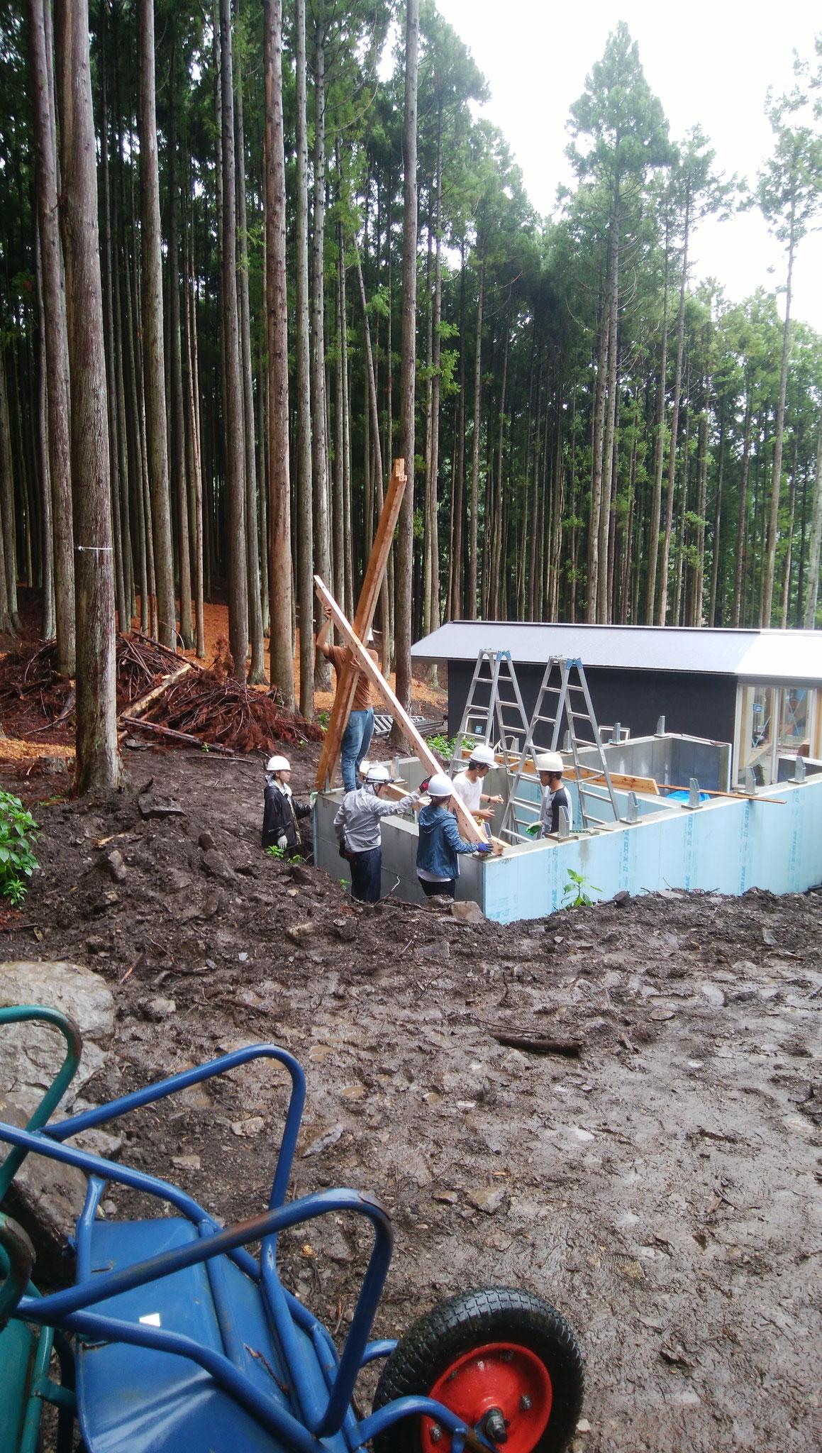 基礎を木と木で挟み、ボルトを通して骨組みを作っていきます。
