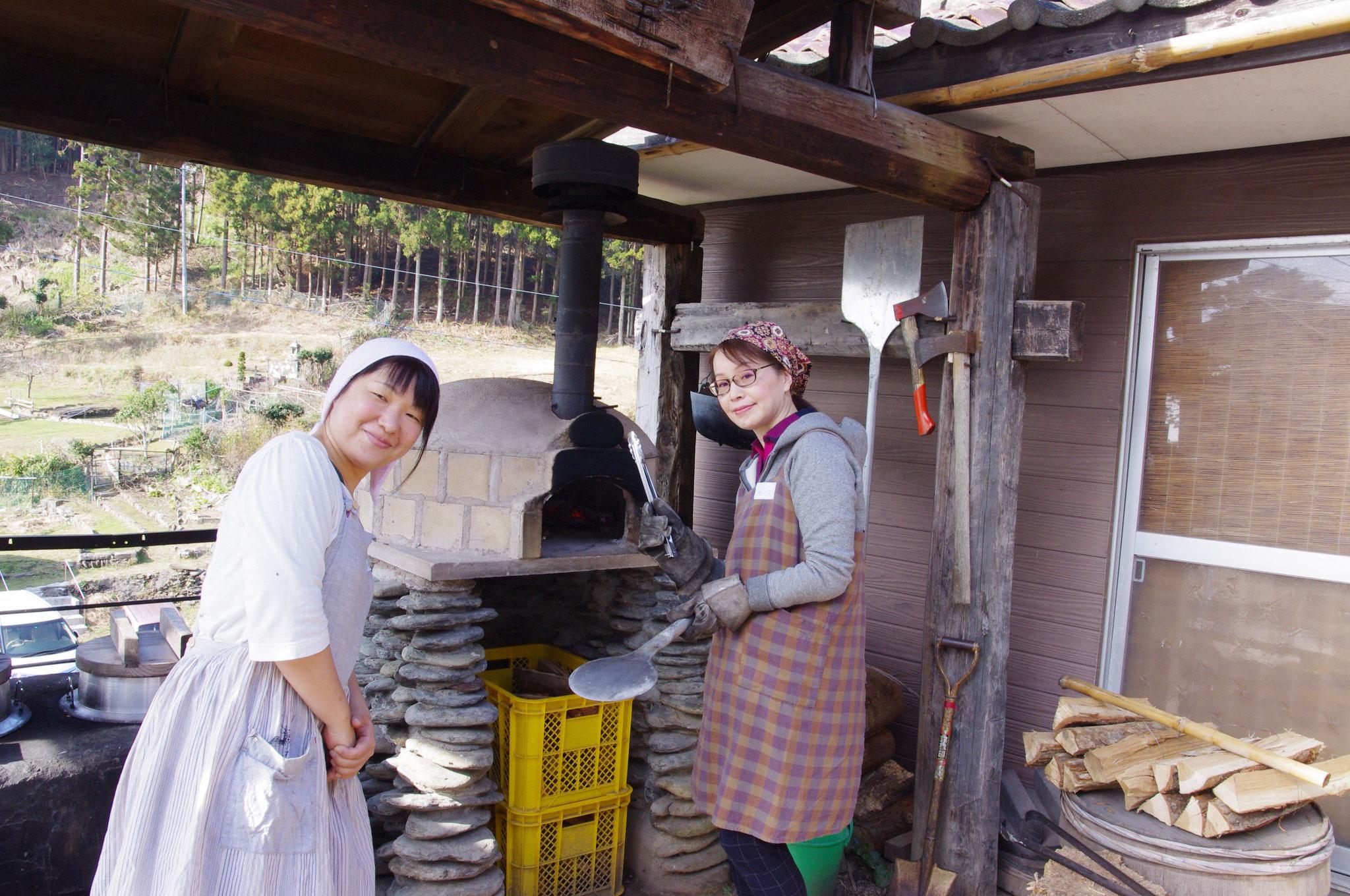 具材を盛りつけたら、窯の火入れ担当、スタッフちえちゃんと一緒に、ピザ焼き体験。