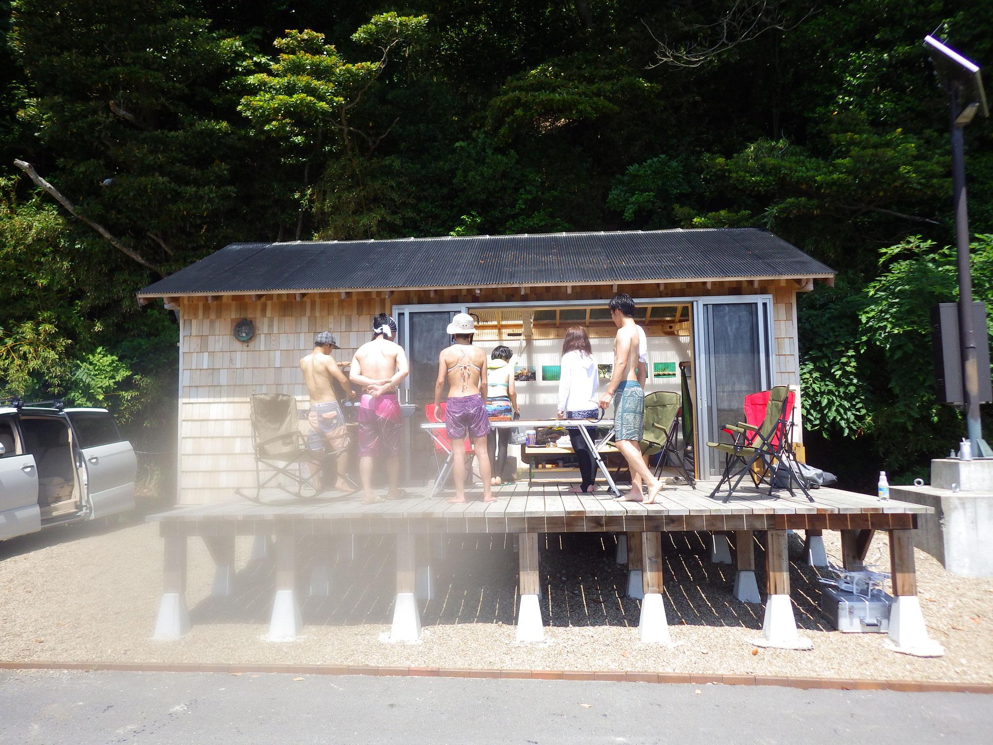 シャワーを浴びたら海小屋に集合しBBQスタート。