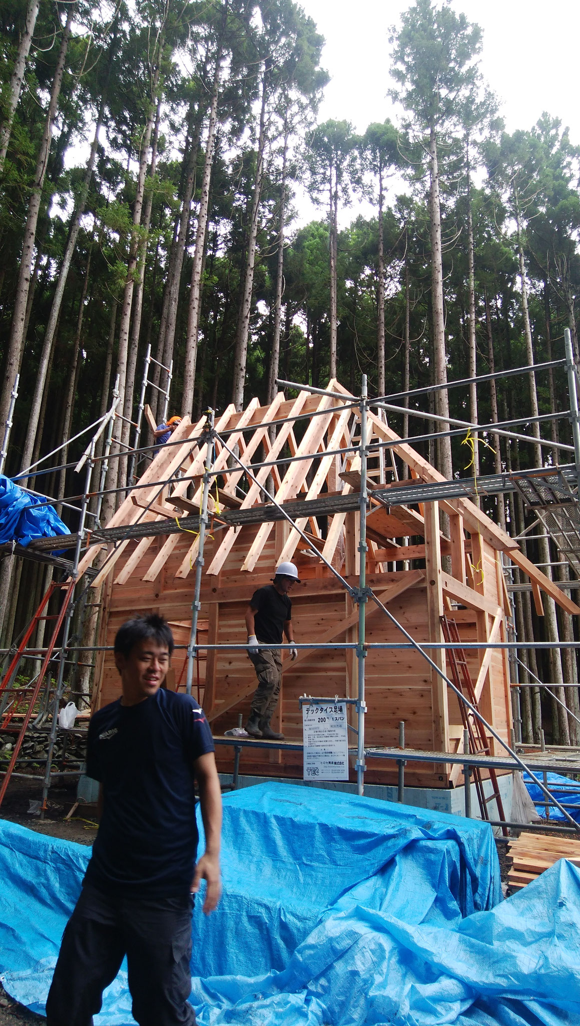 屋根の骨組み。高所作業と細かな調整は大工さんに。