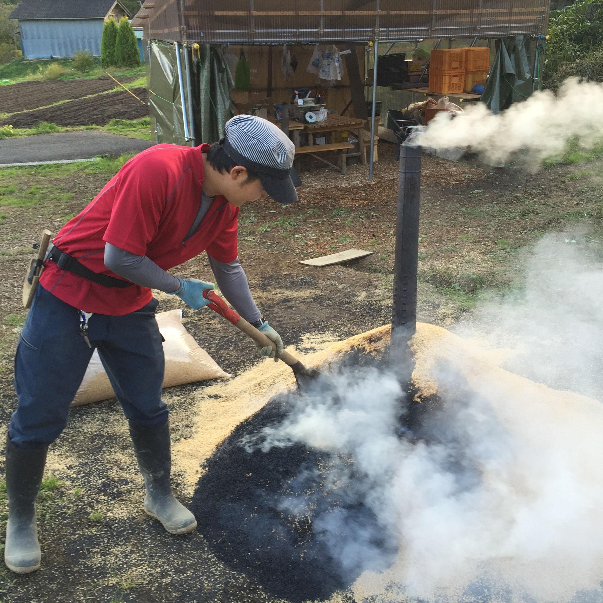 ごぼう掘りをする前に、サツマイモを、もみがら燻炭に入れて、焼き芋の準備・・・^^