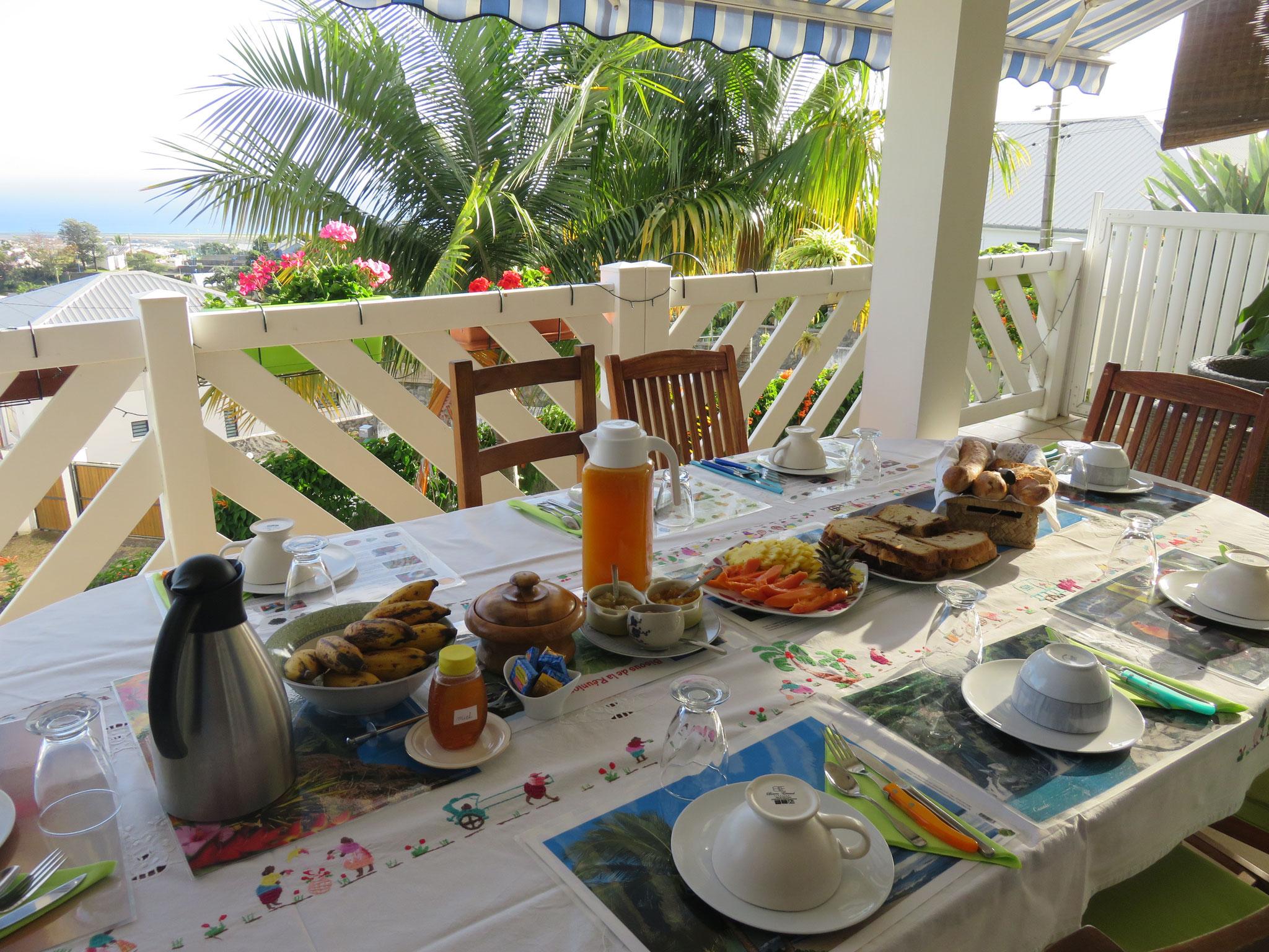 le petit-déjeuner en terrasse