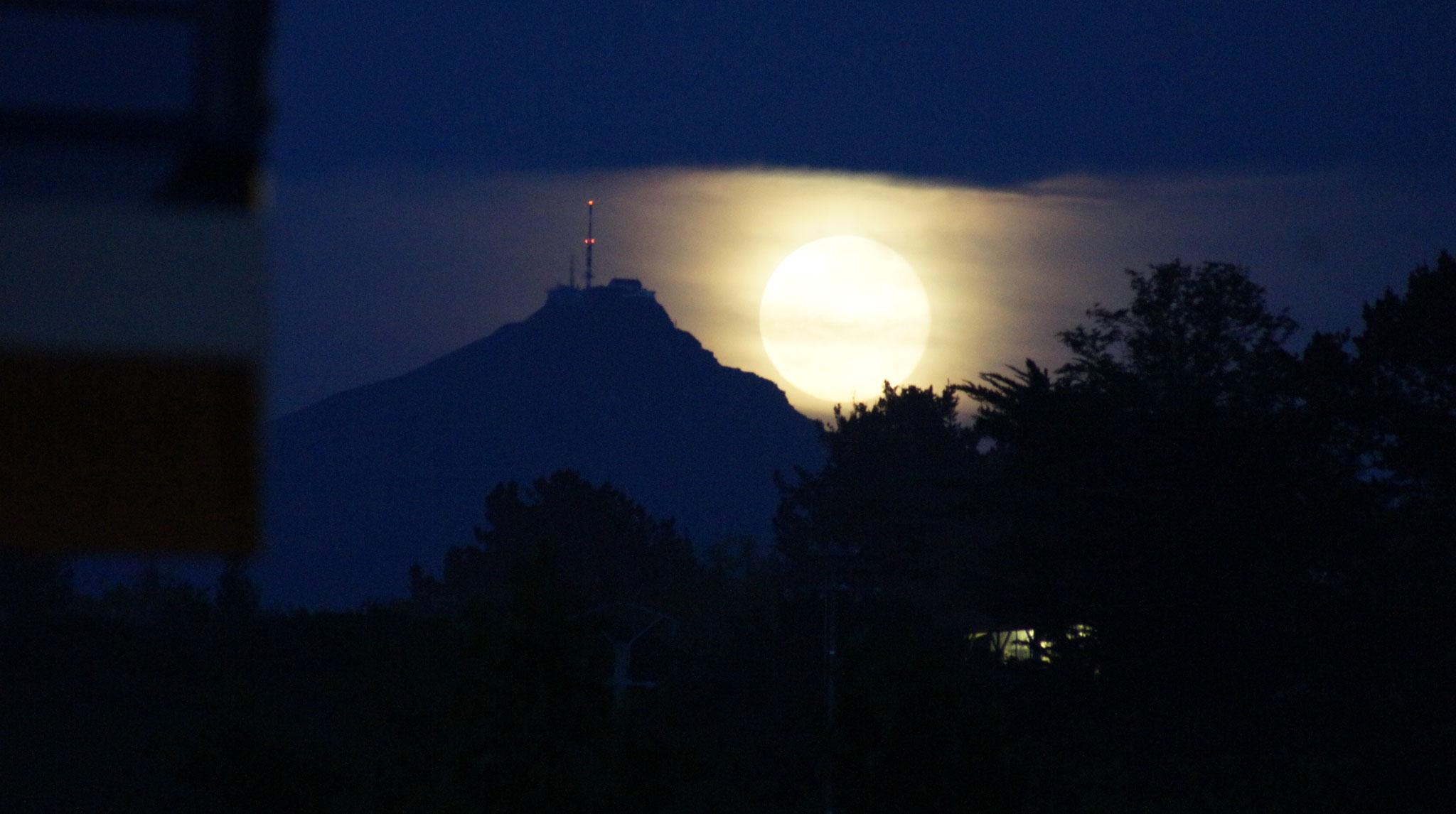 les tons profondément noirs du lever de Lune sur la RHUNE