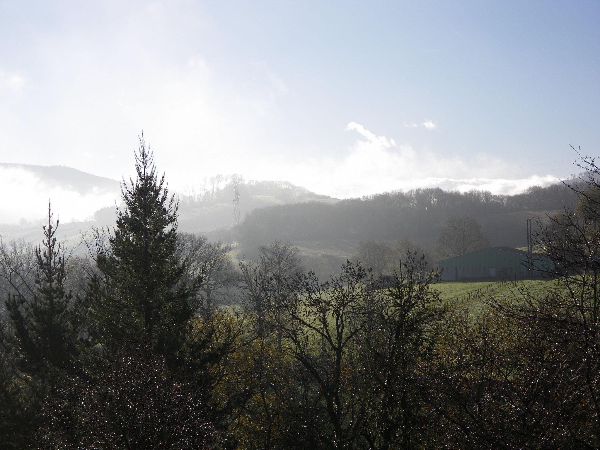brumes sur le col de Courlecou frontière Espagne France Pays Basque