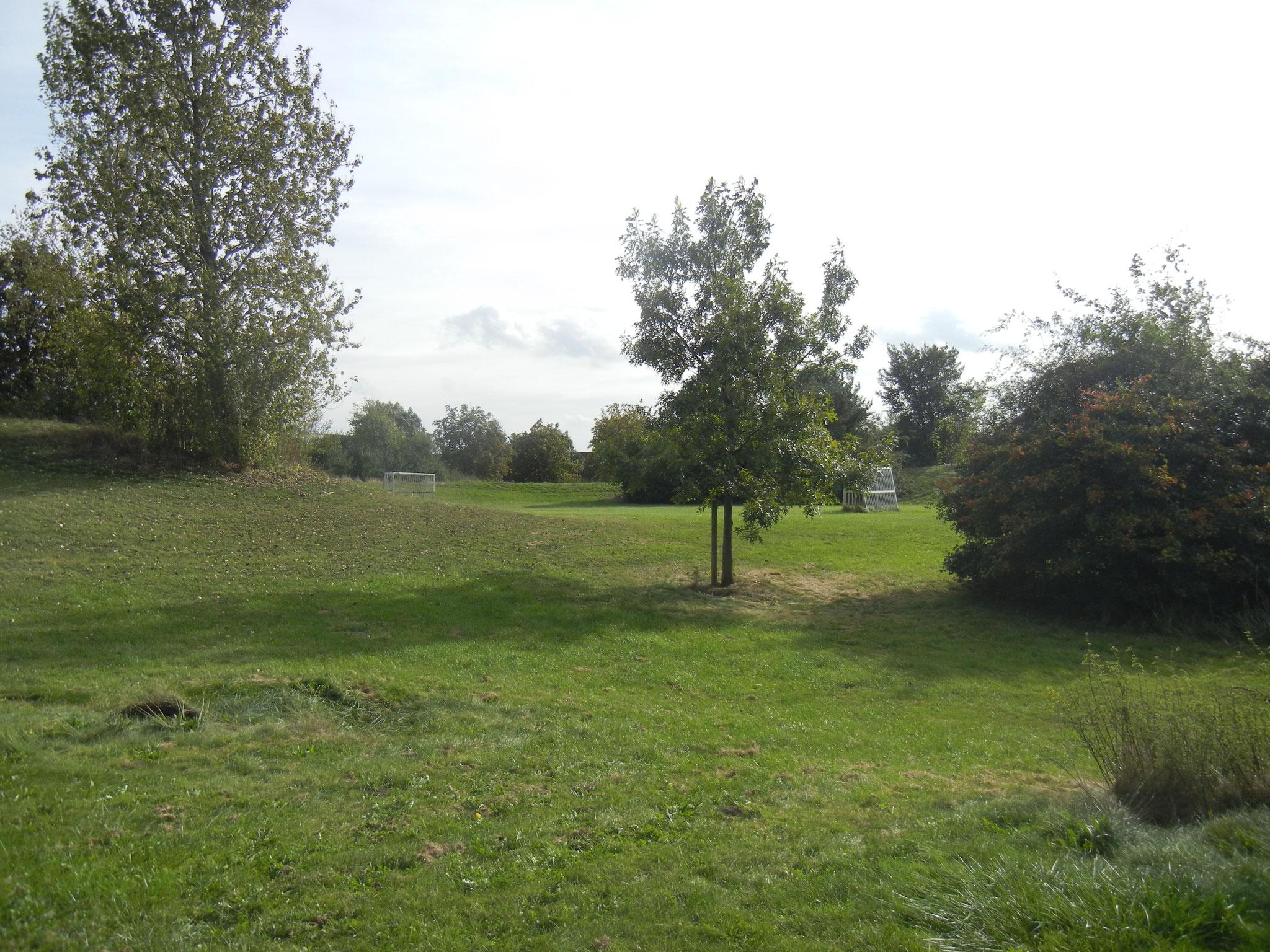Fußballplatz zwischen den Hügeln