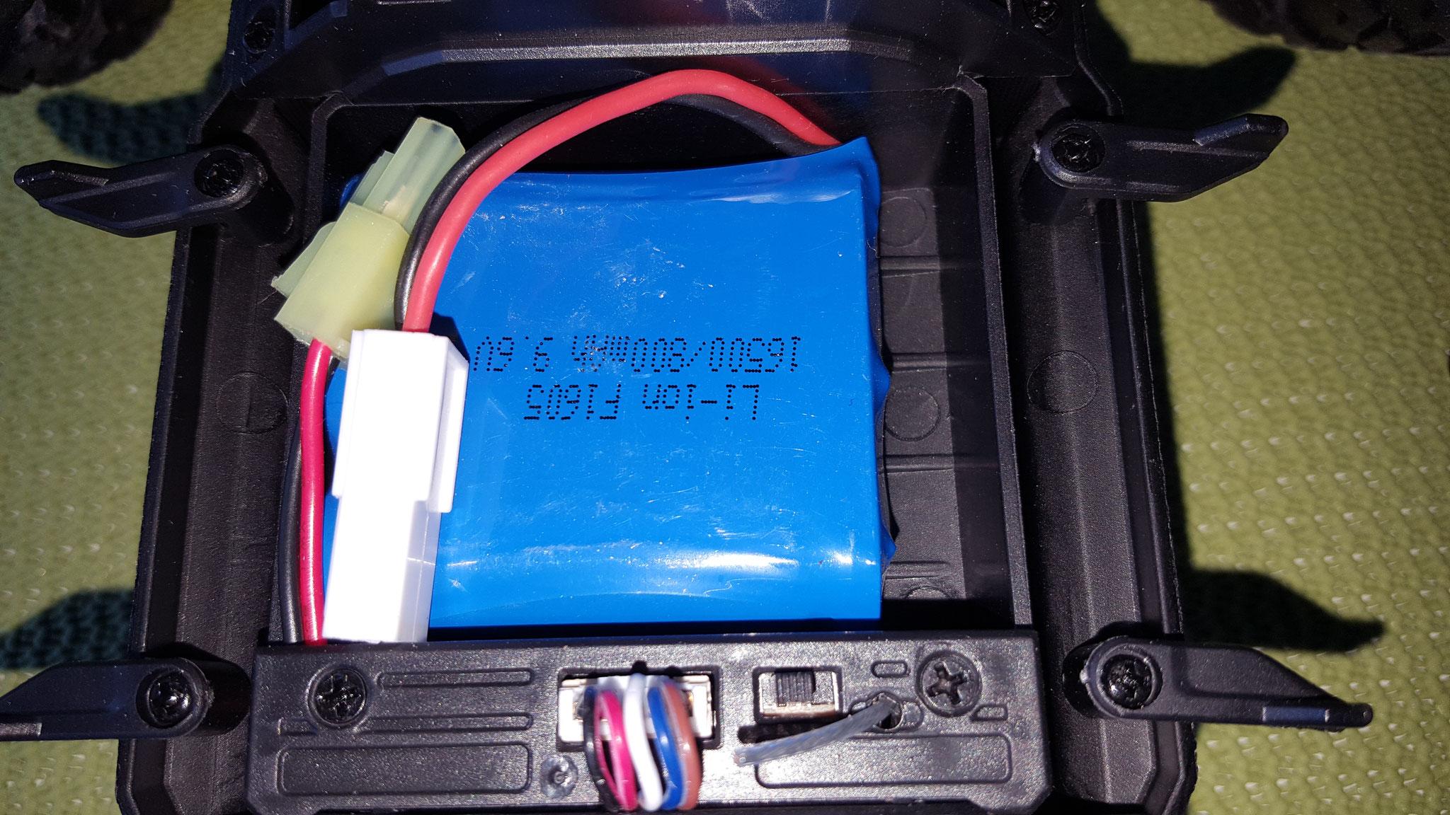 Batteriefach offen mit eingelegtem Akku, hier findet sich auch der Ein/Ausschalter