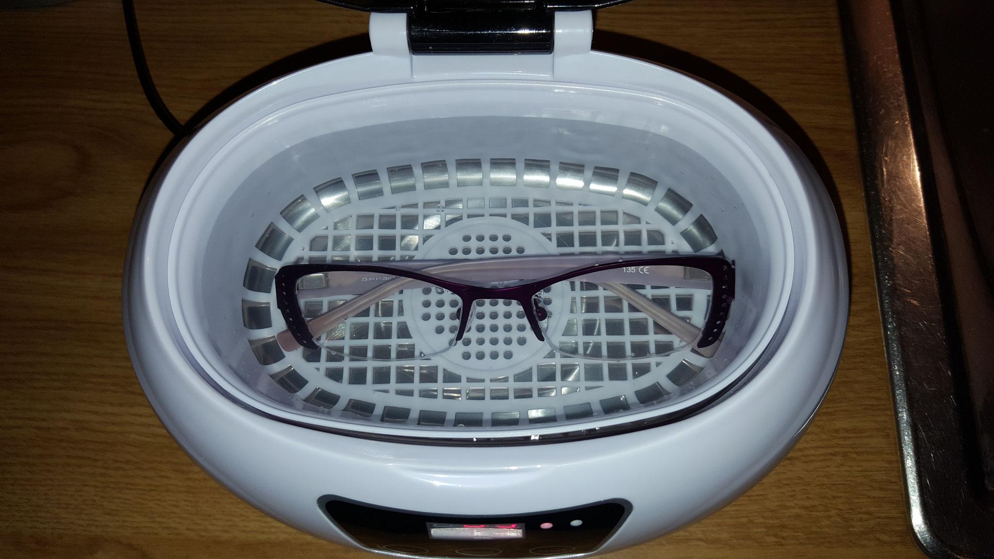 Brille im Reinigungskorb