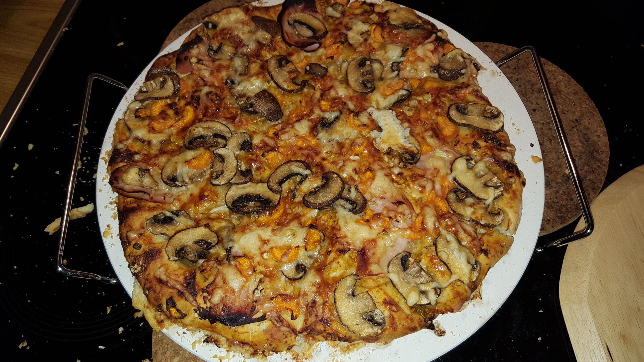 Fertige Pizza auf dem Stein