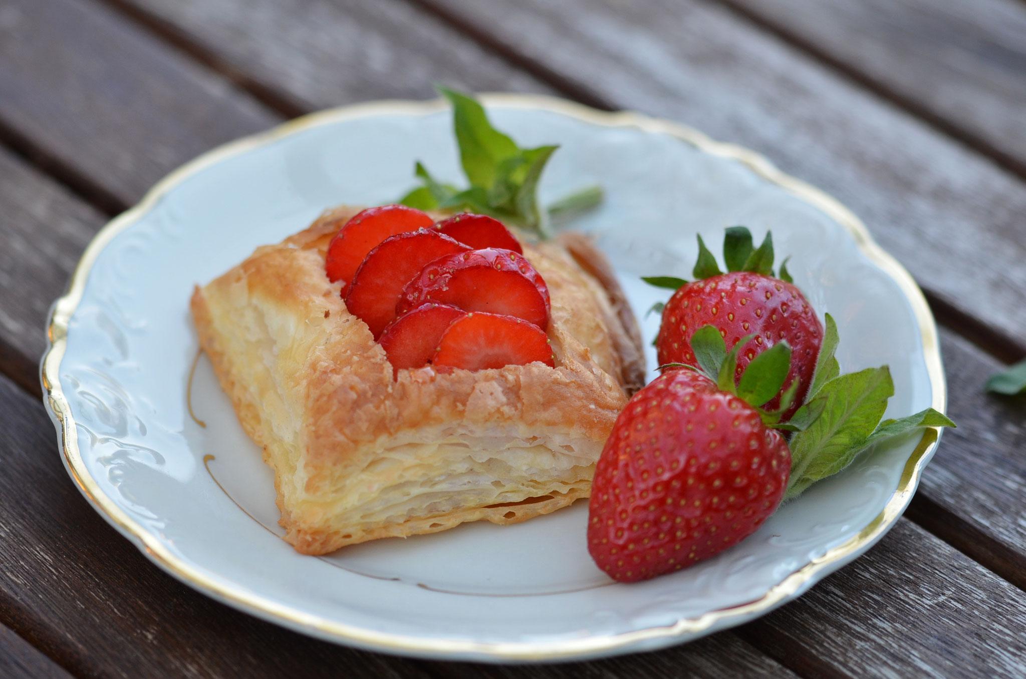 luftige Blätterteig-Erdbeer-Körbchen