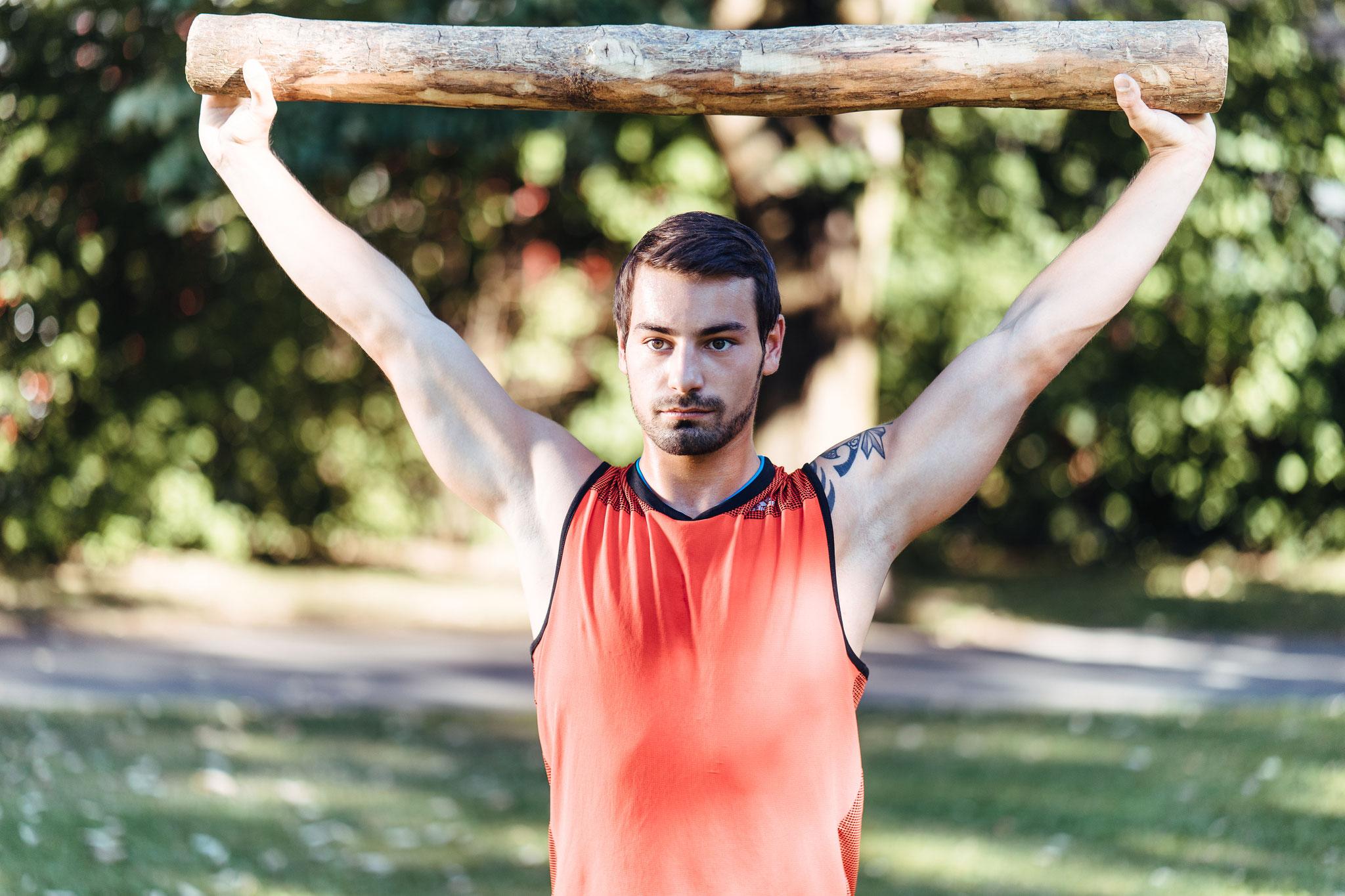 Schulterbeweglichkeitstraining mit Ast - Natify