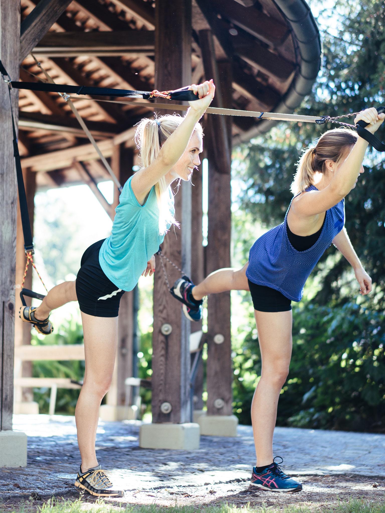 Gleichgewichtsübung mit den Schlingentrainern - Natify