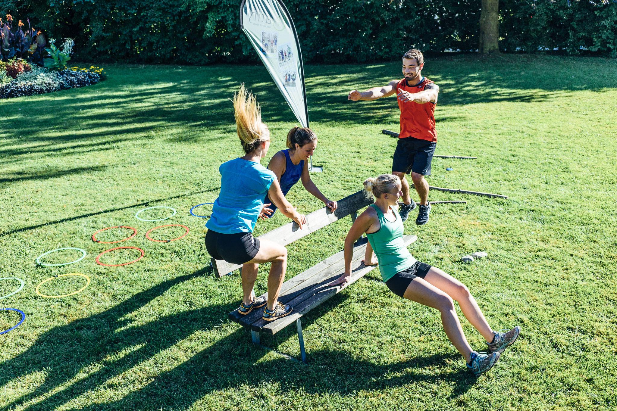 Spaß in der Gruppe beim Körpergewichtstraining - Natify