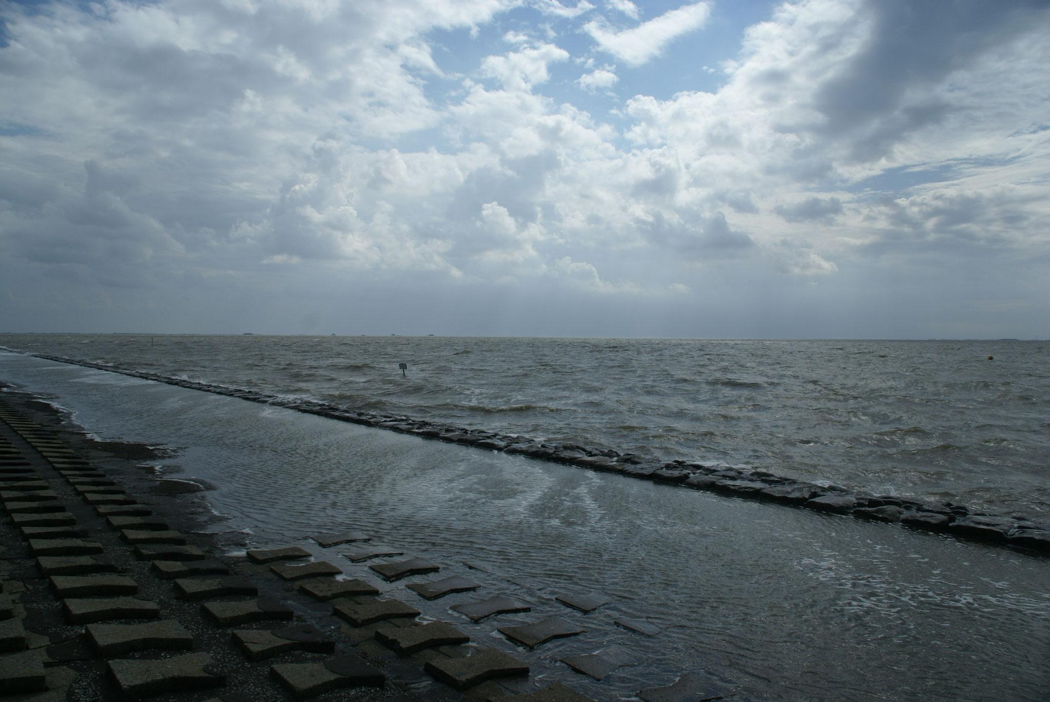"""Die Hallig wird überflutet: eine sogenannte """"Kantenflut"""""""