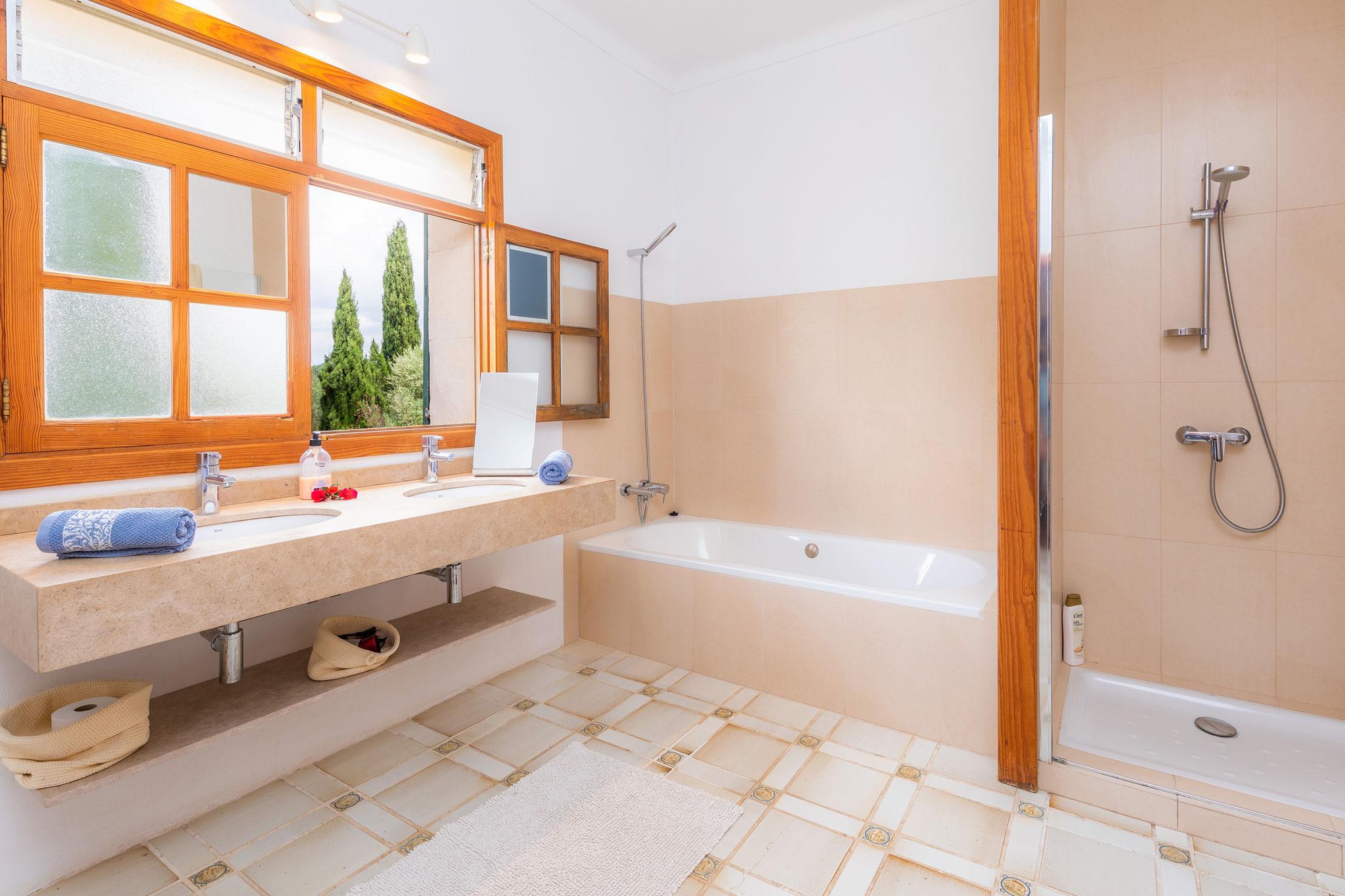 planta baja, baño accesible con bañera y ducha
