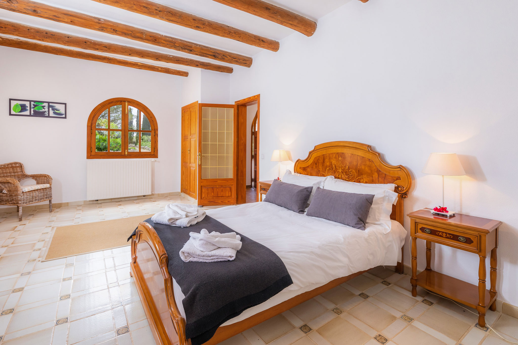 barrierefreies Schlafzimmer mit Queensizebett im Erdgeschoss
