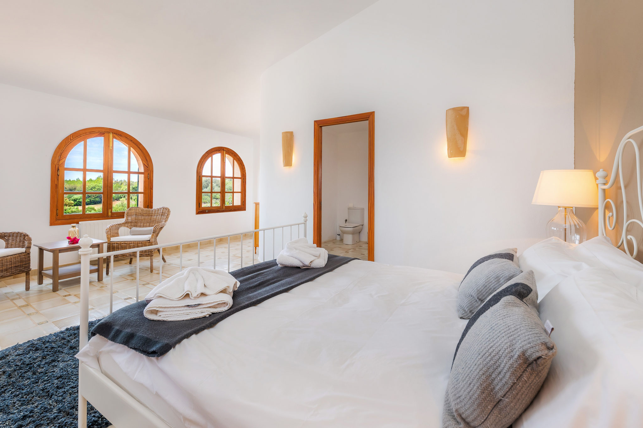 primera planta, dormitorio principal con cama doble kingsize