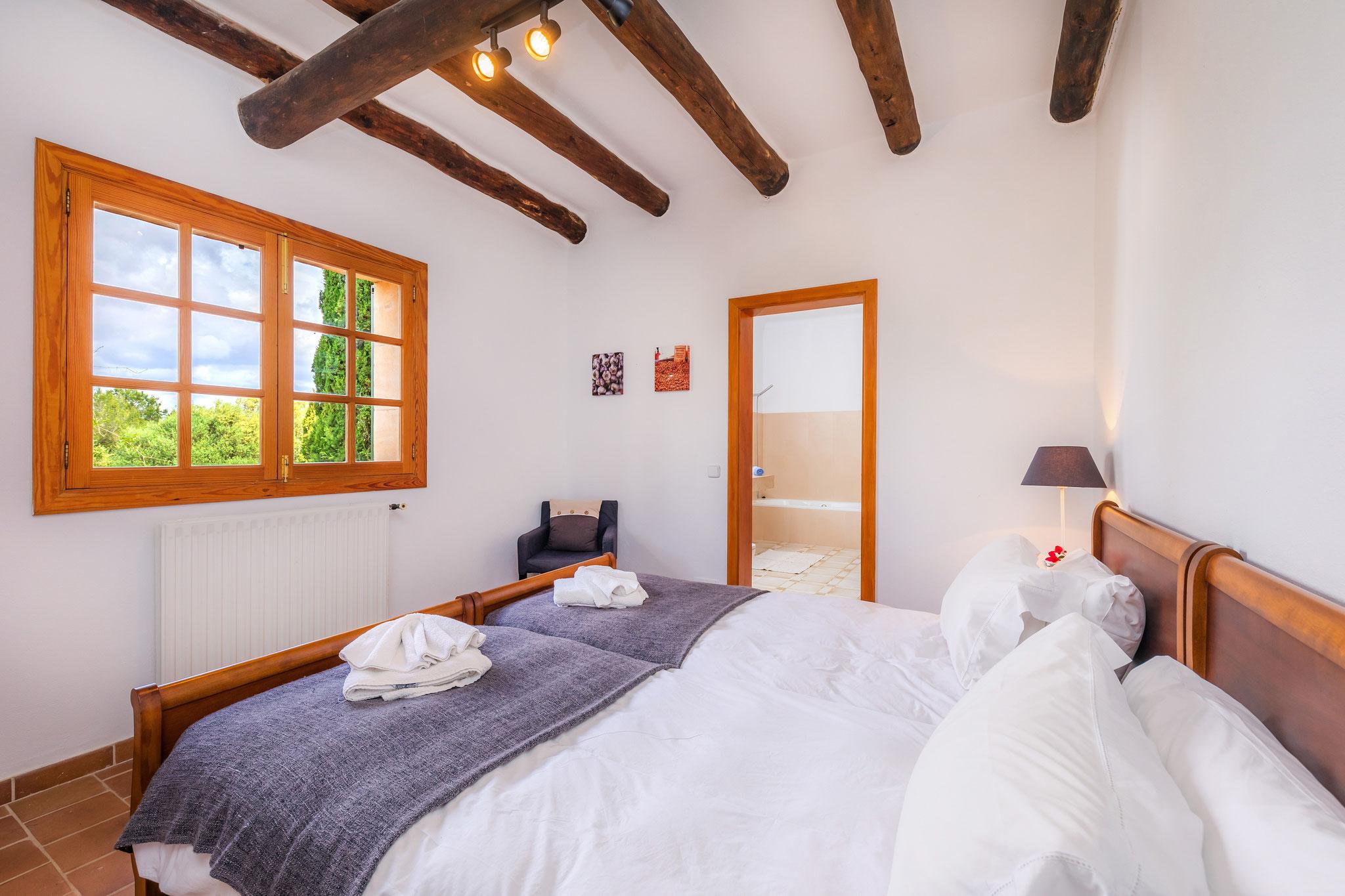 Schlafzimmer mit Einzelbetten im Erdgeschoss