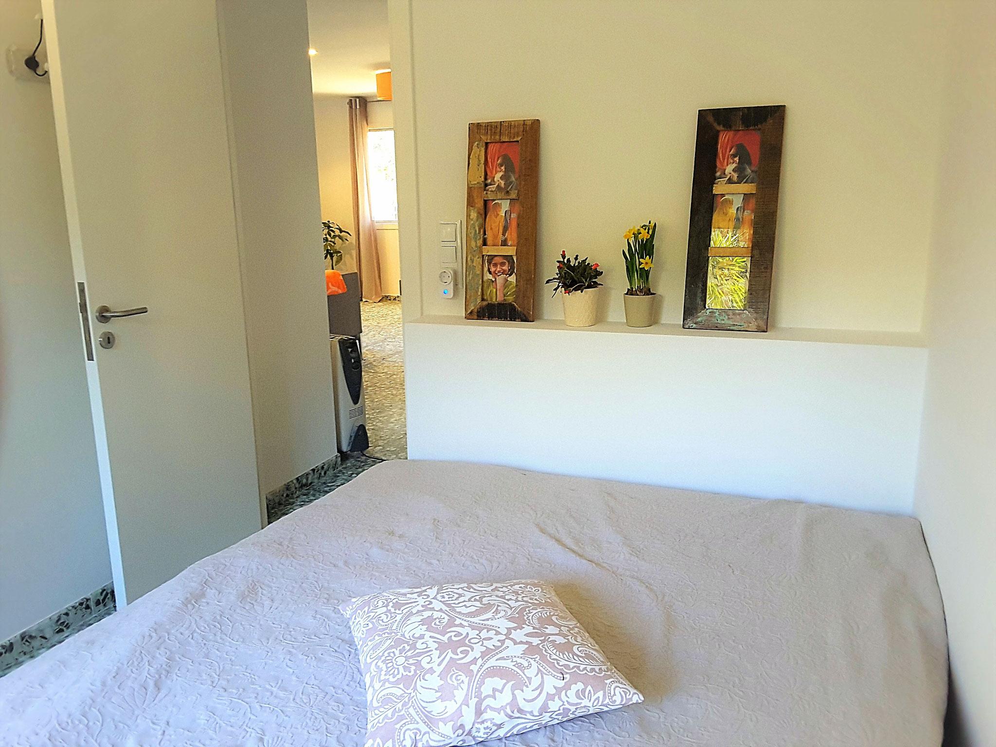 Schlafzimmer mit Doppelbett 1,50 x 2,00 m