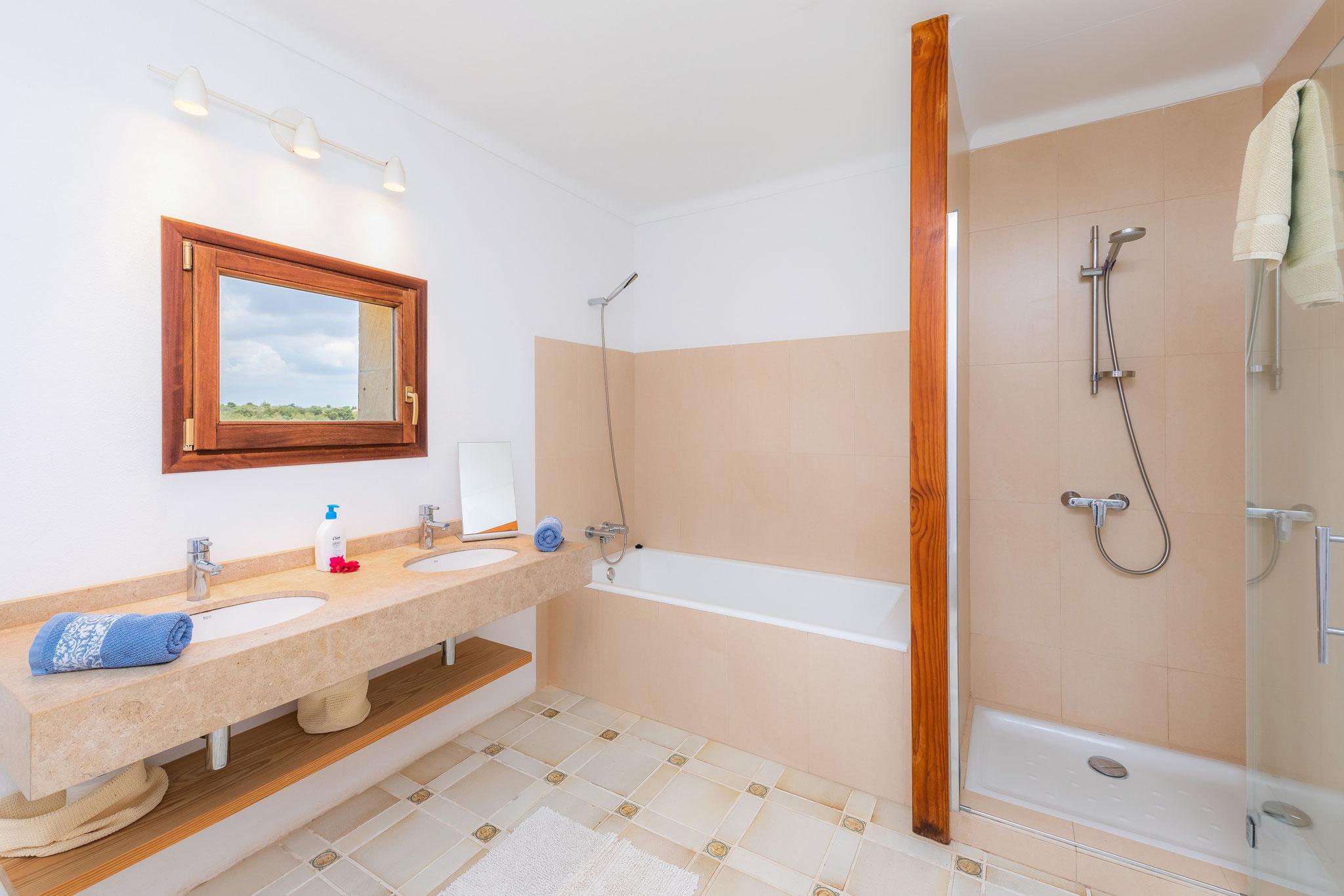 primera planta, baño con ducha y bañera
