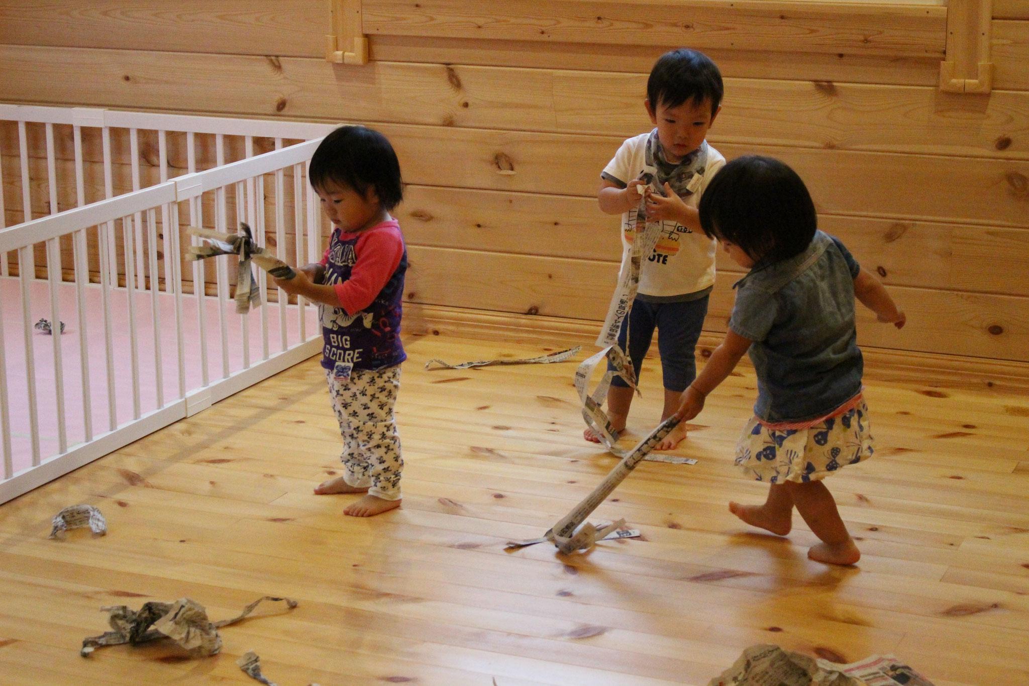 楽しみかたは 子どもそれぞれ ちがいますね~ 掃除機をかけているのかな~(・・?