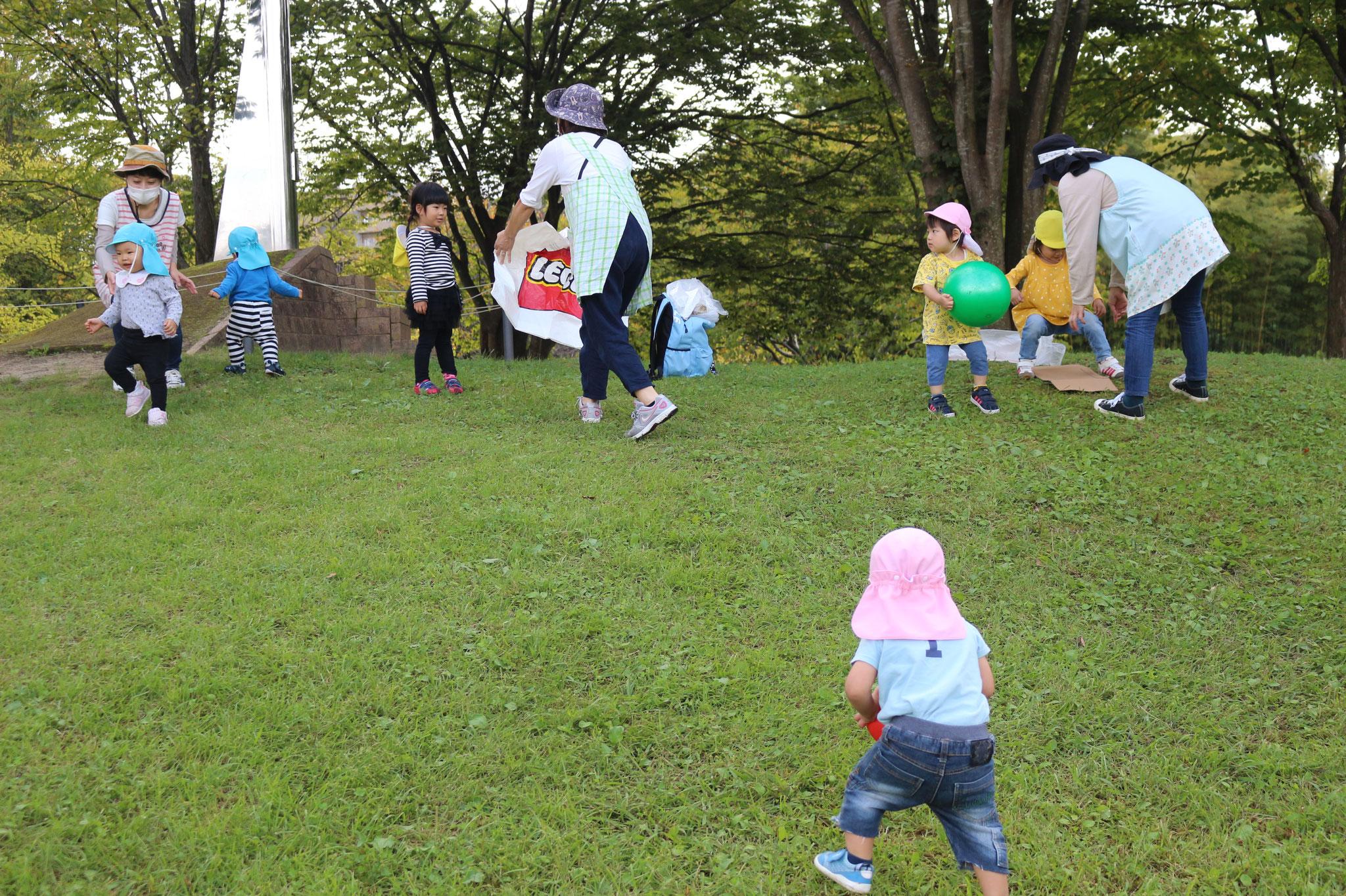 秋になり七北田公園での園外保育も増えています。今まで遊んだことのない場所で新しい遊びにも挑戦してまいります。