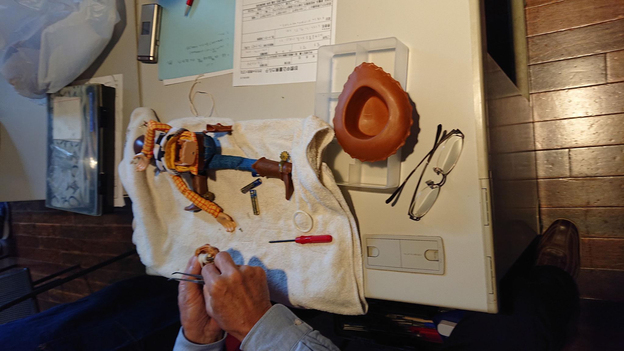 おもちゃ病院の様子です 息子の大好きなウッディを直してくださいました<(_ _)>