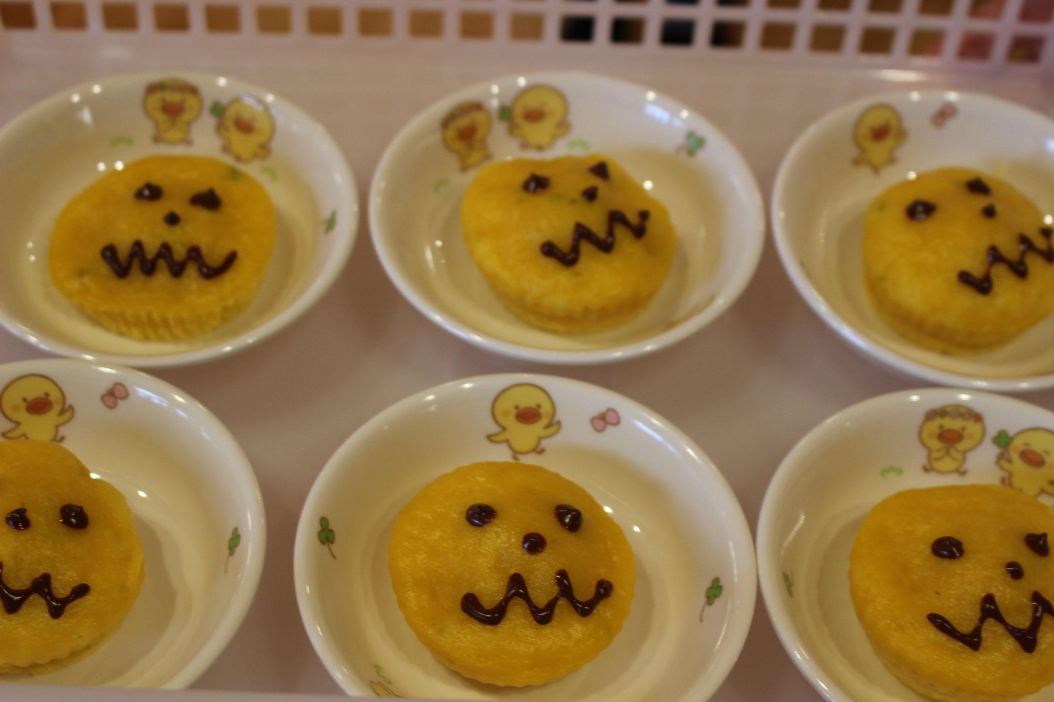 みんなのおたのしみ おやつは かぼちゃの蒸しパンです! 初のチョコレートを使用して ランタンのお顔を かきました🎃 次にチョコを使うのは いつになるかは わかりませんと Y先生のコメントです (;^_^A