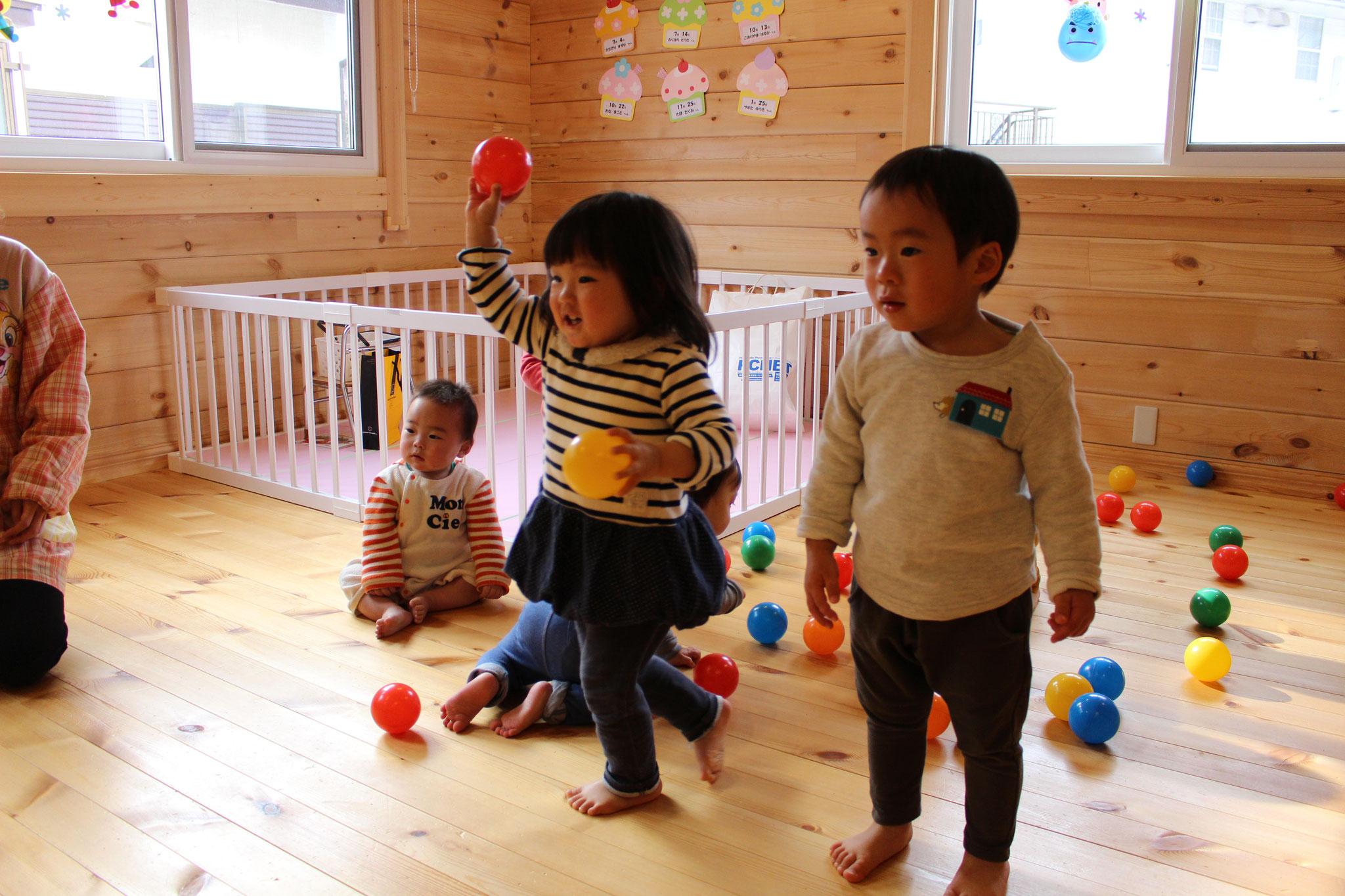 おともだちは大喜びで 豆の代用の カラーボールを エイエイと 投げています( ^^) _U~~