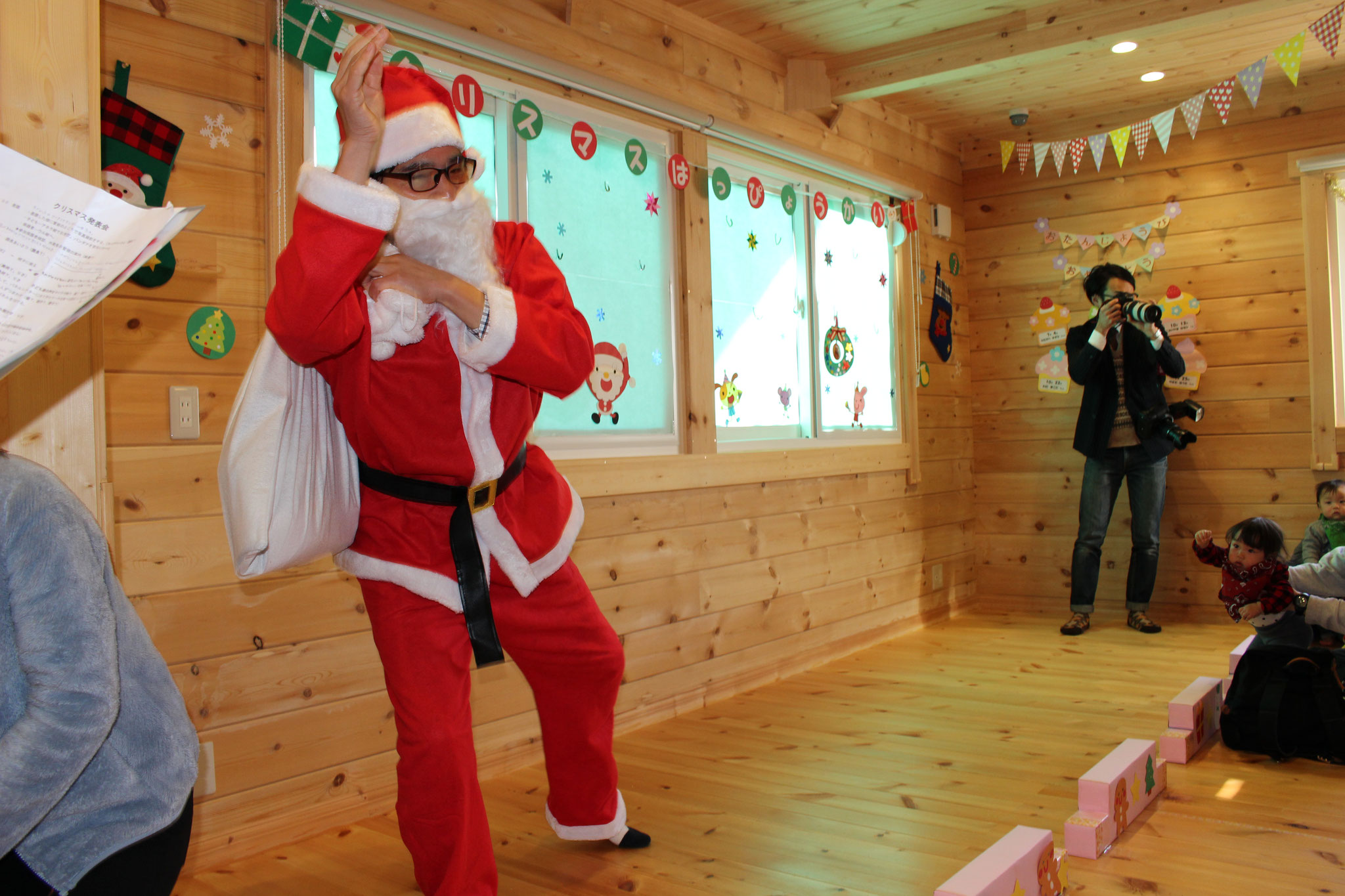 カワ(・∀・)イイ!! 良い子の 集まる リコリコ保育園に ちょっと メガネの曇っている おどけた サンタさんが 遊びに 来てくれました\(^_^)/ あれ~ 何かもってるよ~