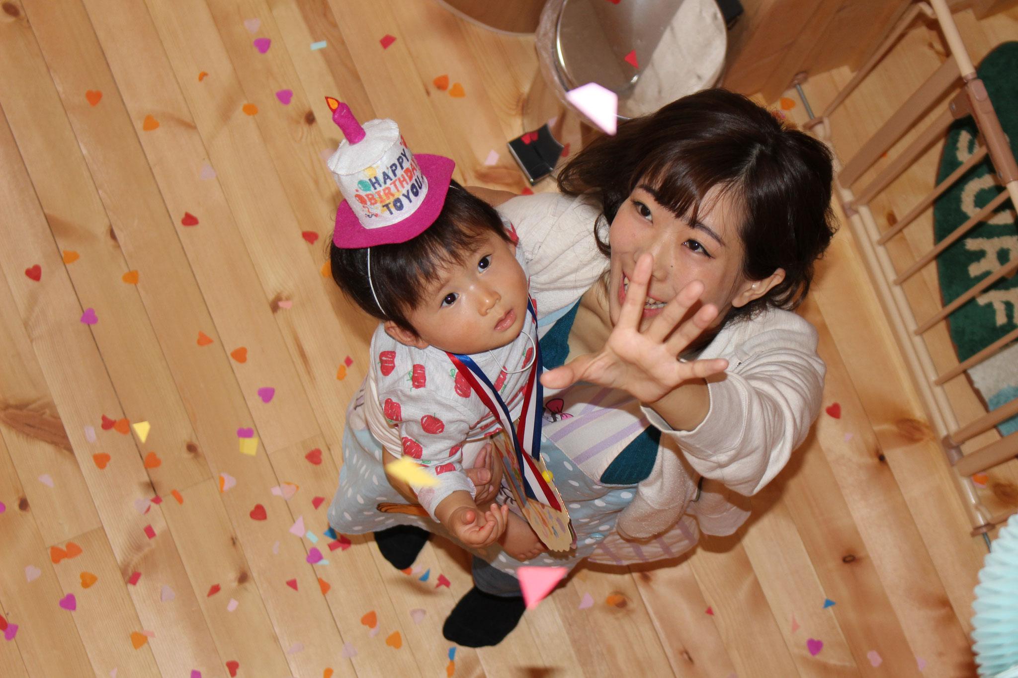 1歳のお誕生日おめでとう🎊  お空から なにが ふって いるかな(・・? 先生と一緒に 手をのばそう!