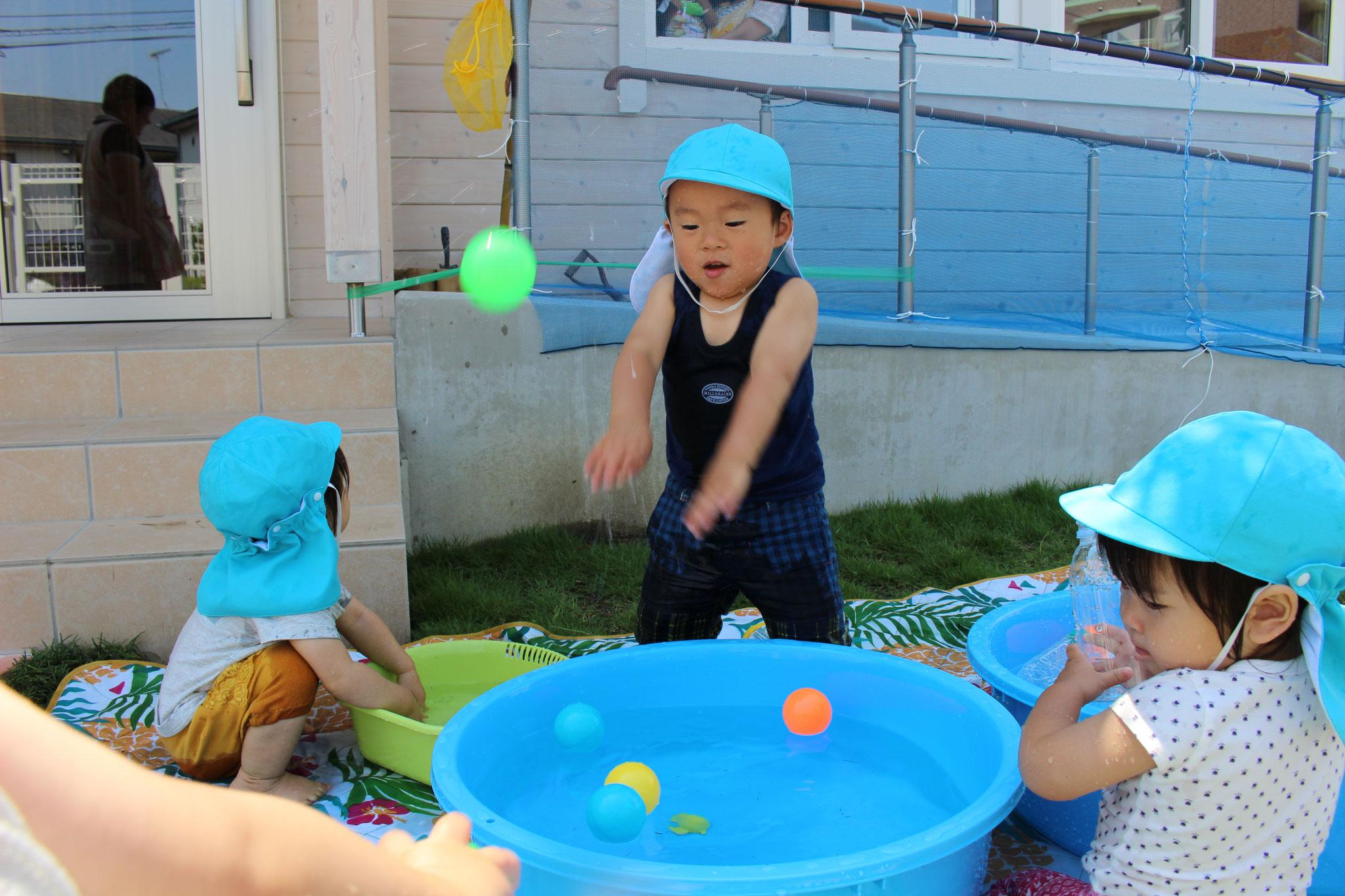 水遊びも ボールで遊ぶのも 大好きー