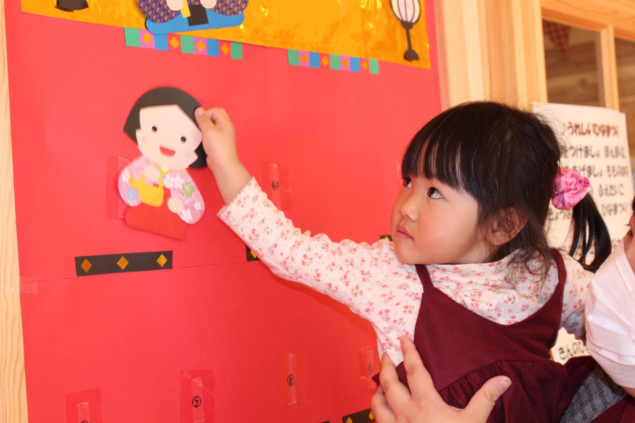 先生と一緒に 人形のイラストを ペッタンコするカワ(・∀・)イイ!!姿を ご覧ください