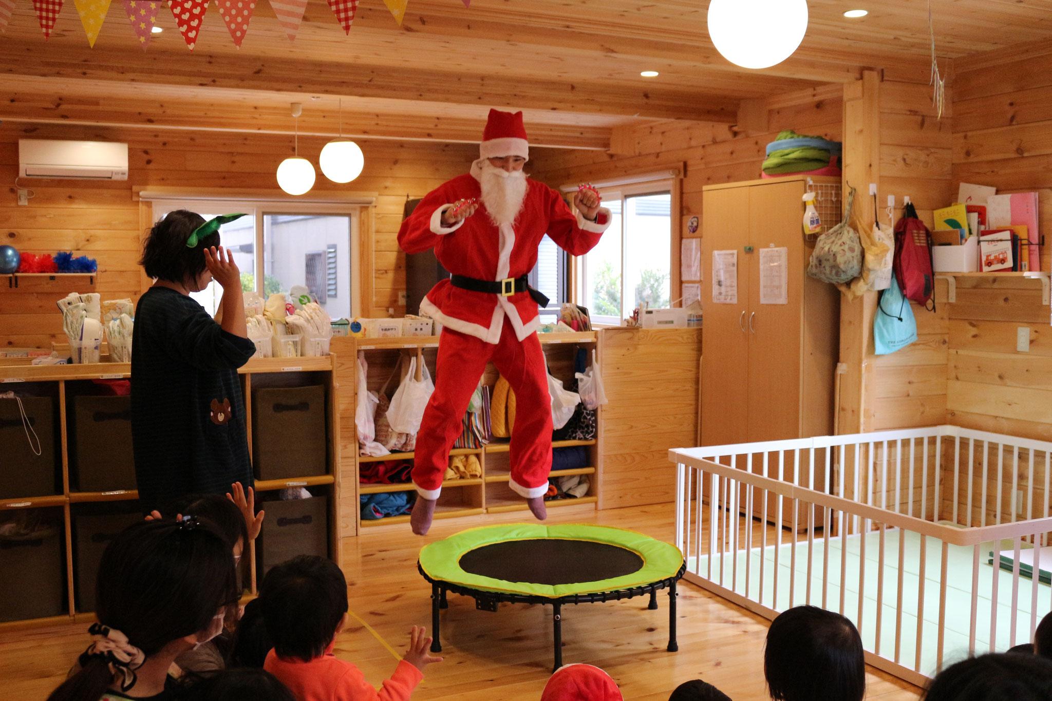 サンタさんもおったまげえ(笑) ぽよよ~ん(^^♪ みんなで遊べるトランポリンをプレゼント🎁