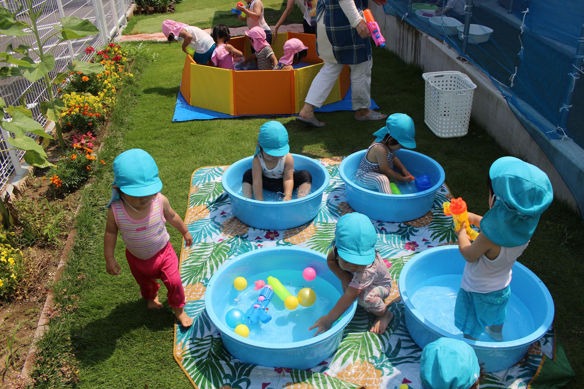 先生たちが水鉄砲で身体を潤しながら 定期的に水分補給も促しつつ遊びこんでいます! 熱中症対策には十分留意しないといけませんね