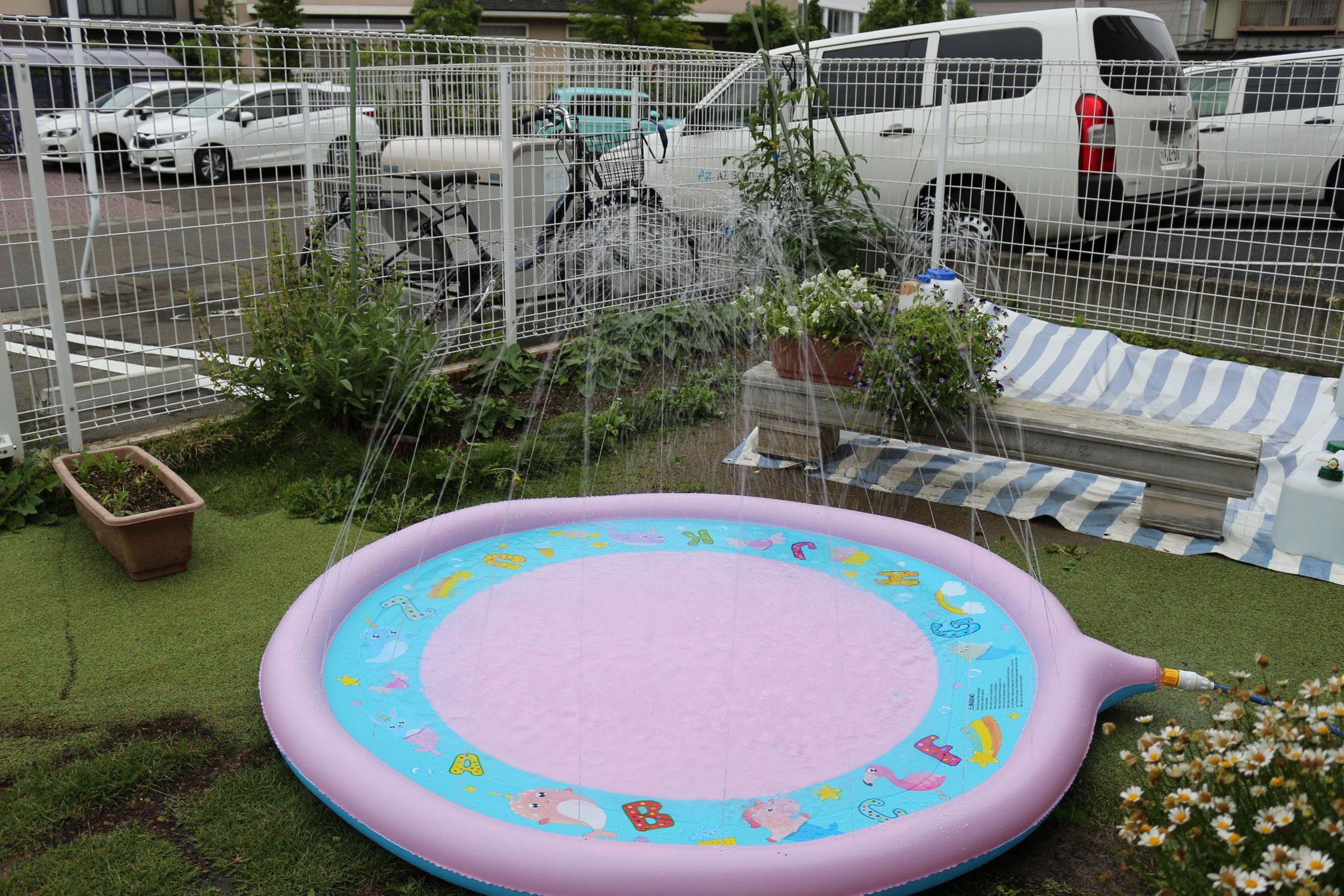 蜜を避けつつ、水の感触に触れる心地よい夏を過ごせるよう新アイテム「噴水マット」です。お楽しみに😊