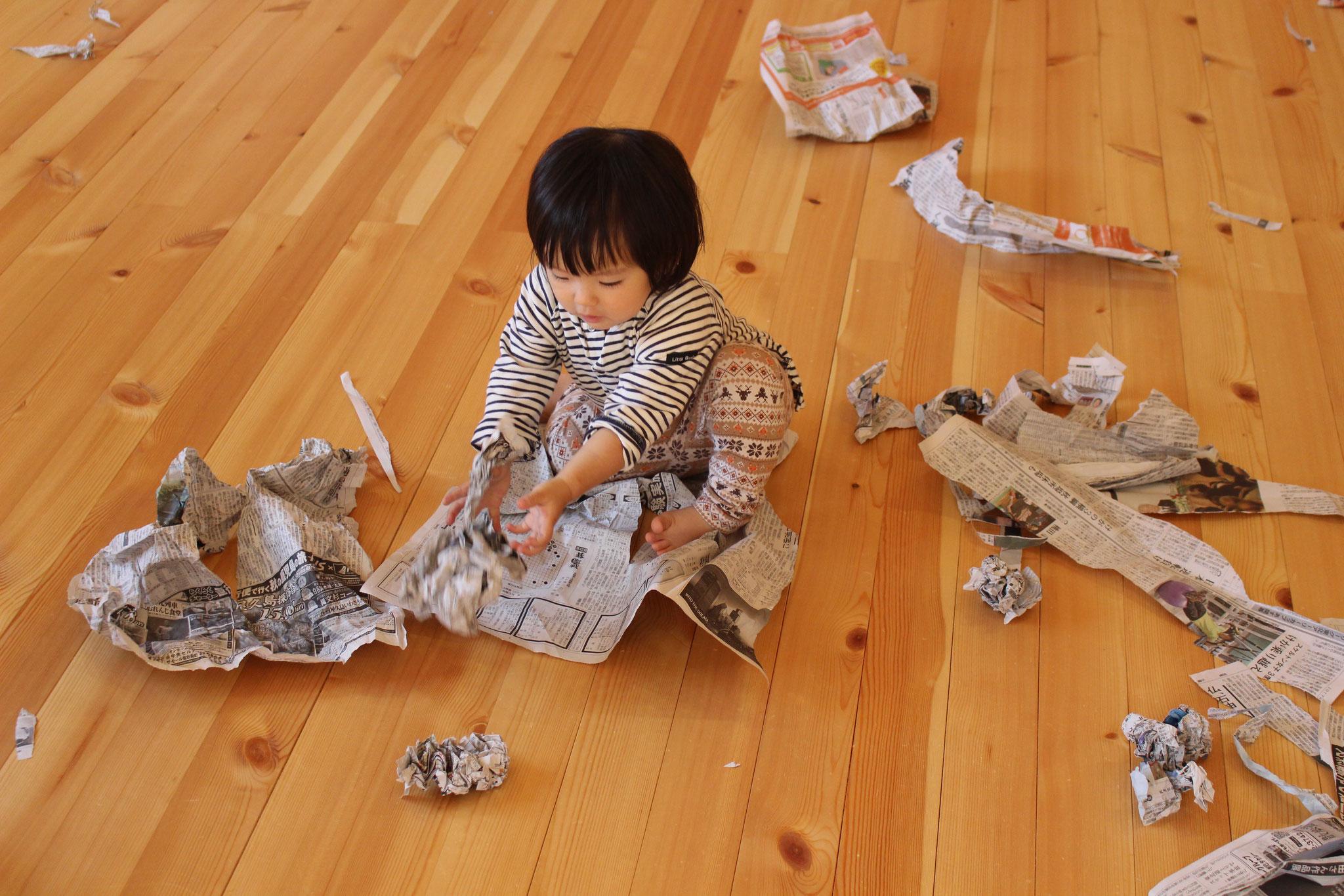 紙を びりびり 何を作るのかな(。´・ω・)? 豊かな創造性を 育んでね