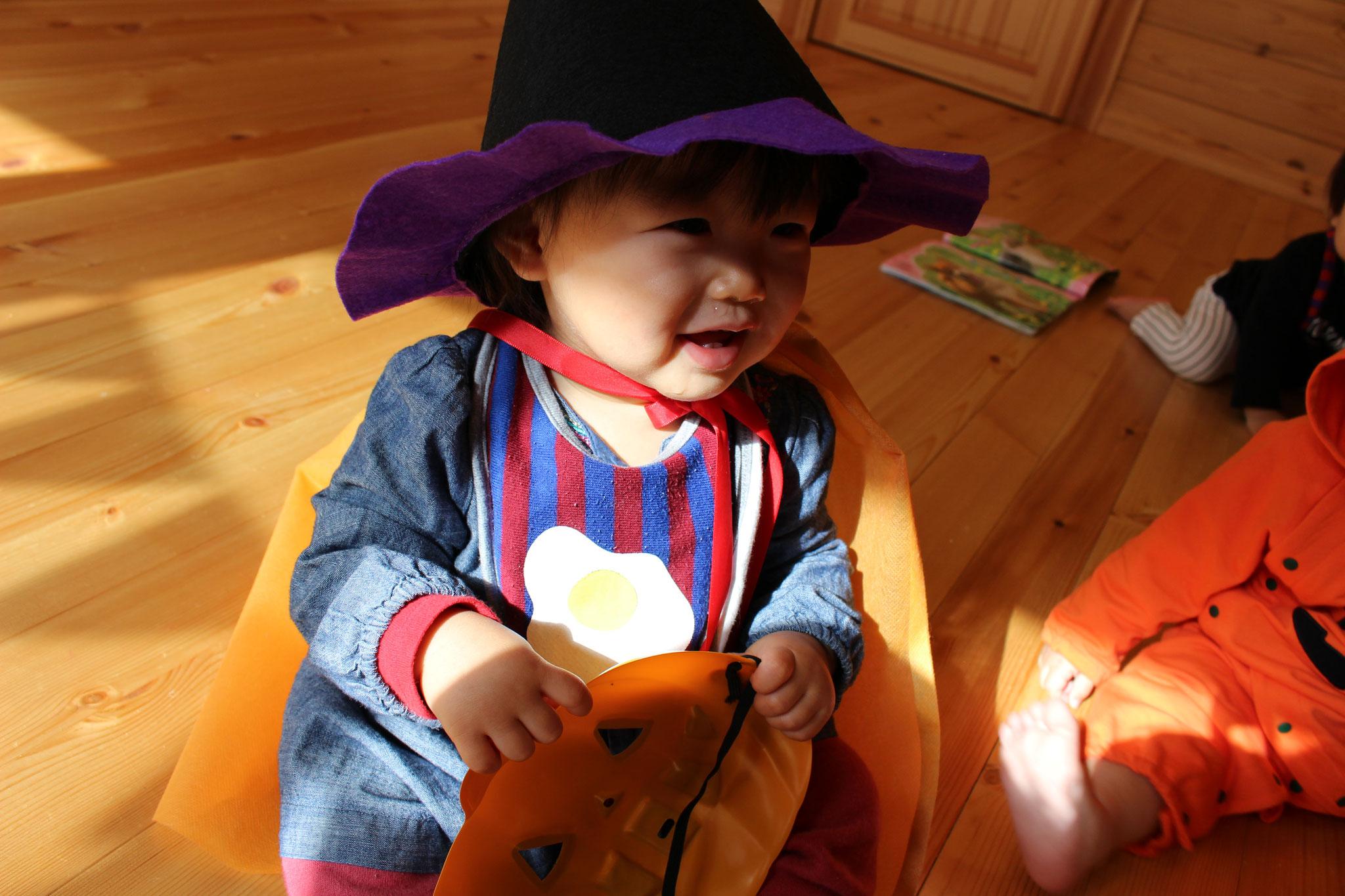 マントと 円錐型の帽子「エナン」をみにつけ なにかしら たくらんでいるかのような Rちゃんです (´∀`*)ウフフ