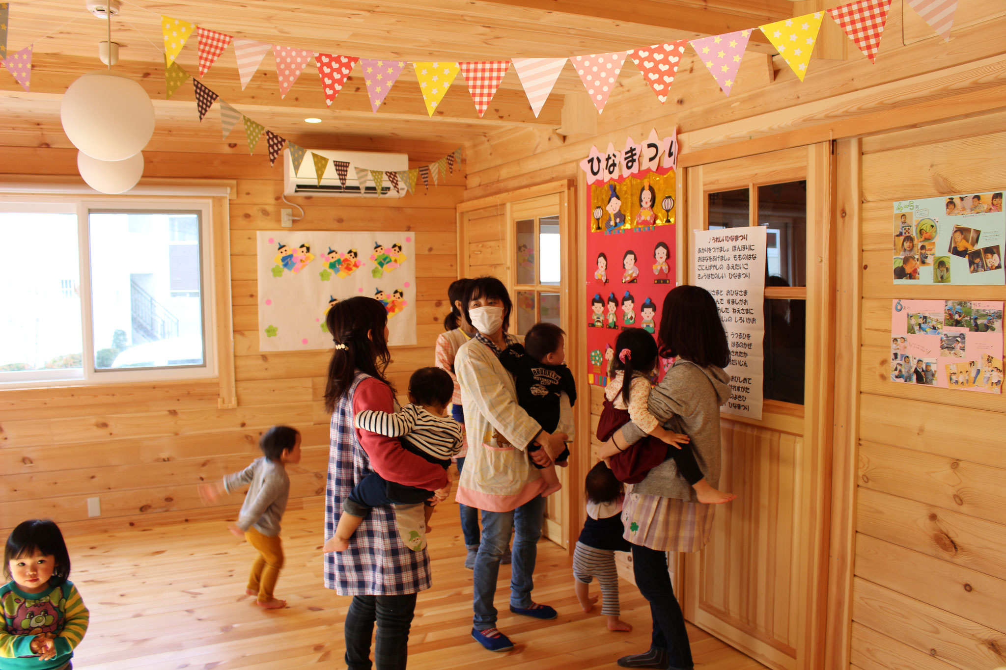 ひなまつりのうたを 先生たちが歌うと みんなも手拍子や「あー、うー」と参加してから、、 できあがった ひなだんを鑑賞中です!!
