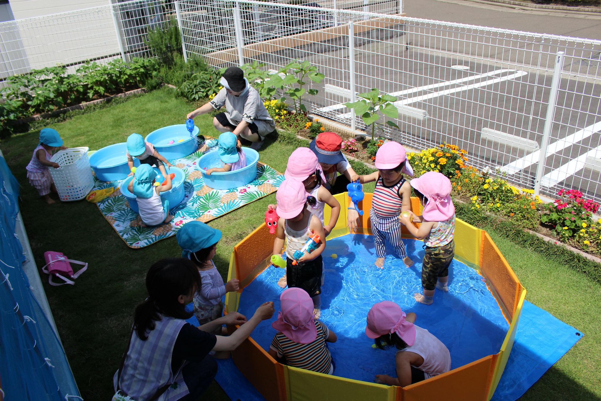 1、2歳クラスは水遊びを通して 水の柔らかさ ぬくもり つぎつぎと形が変化する その自由度のたかさ 何よりも楽しく、気持ちいい刺激が入力されています😊
