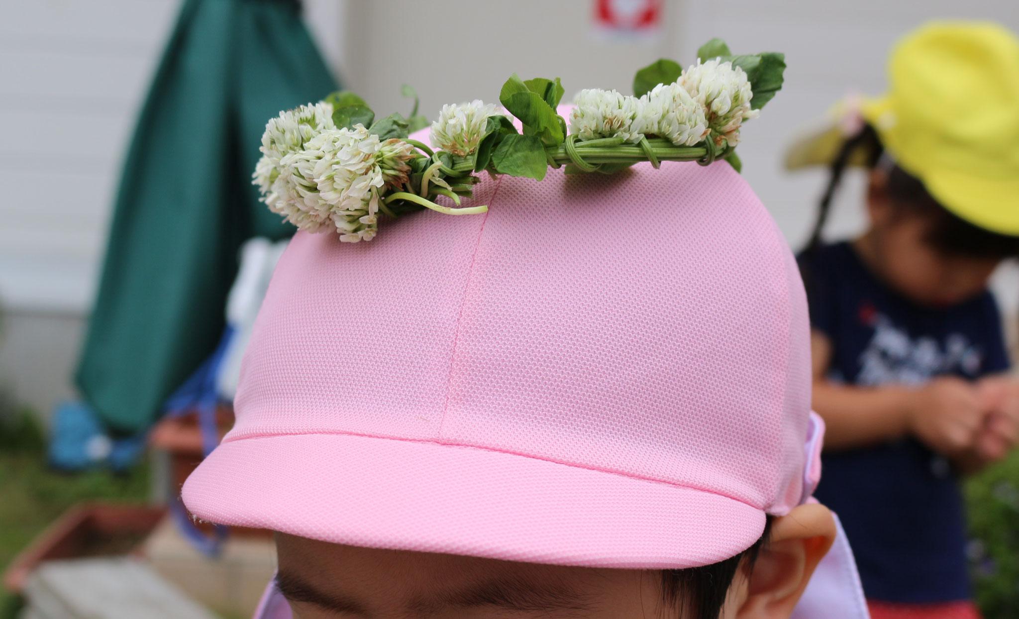 園庭のシロツメクサ(クローバー)の花かんむり👑 花言葉は「私をおもって」「幸運」「約束」