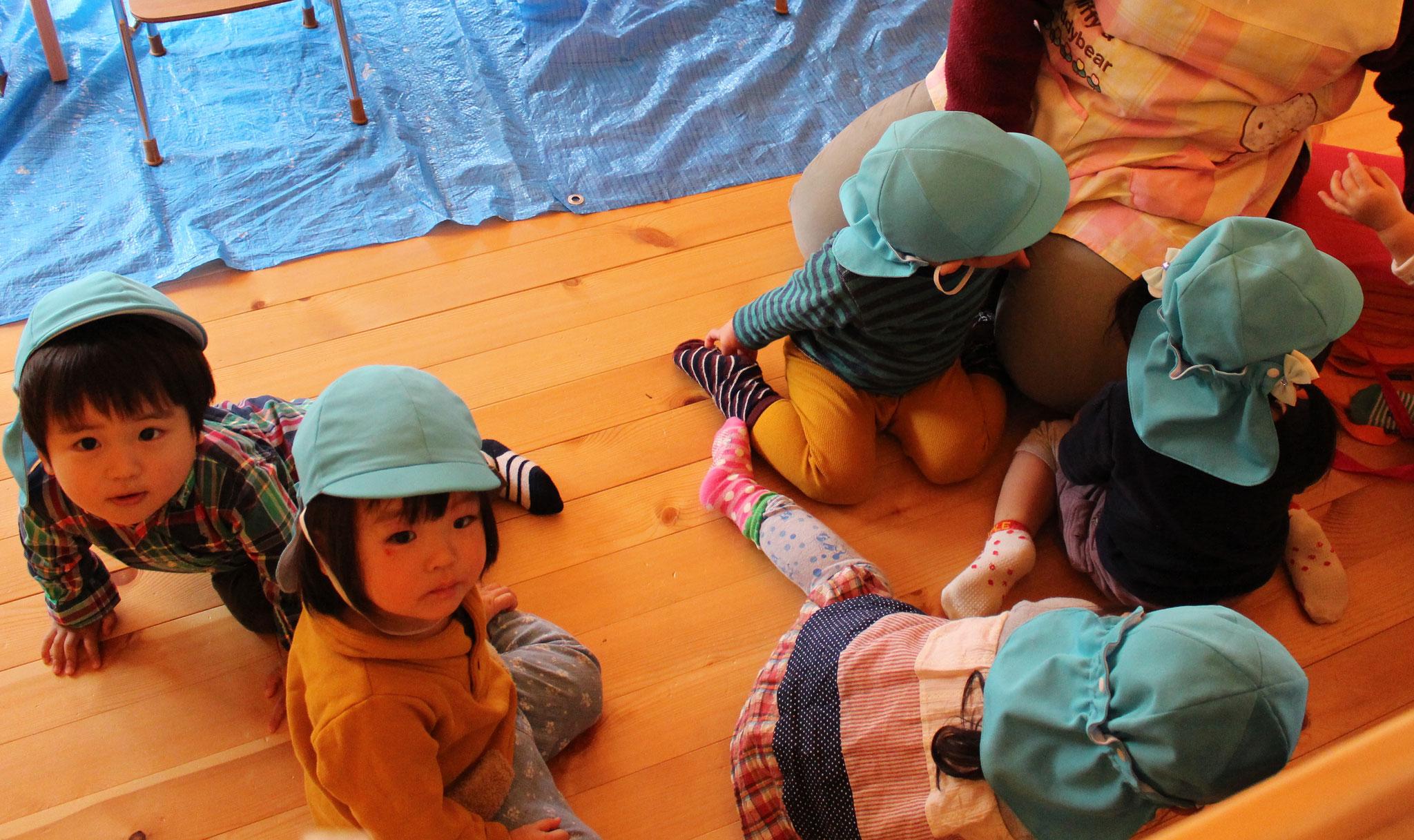 今日は避難訓練です ウル組さんは 地震の揺れから身を守る練習をしております