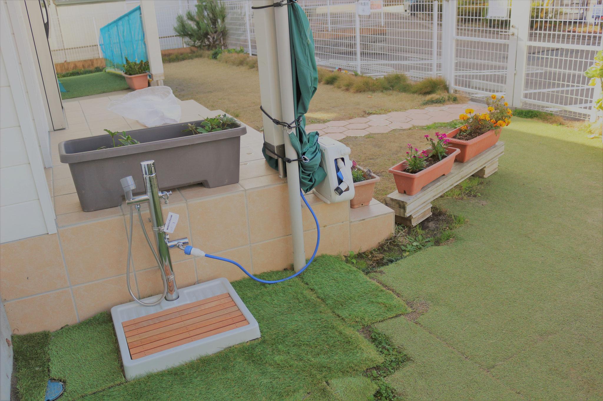 園庭に手足洗い場が完成しました。温水シャワーも出ます。